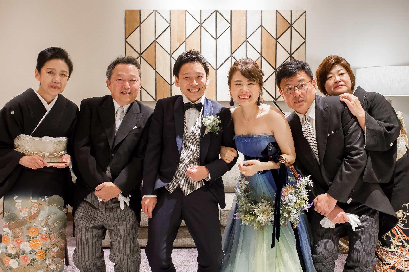 香川県高松市の結婚式場アナザースタイルの結婚式後に両家での記念写真