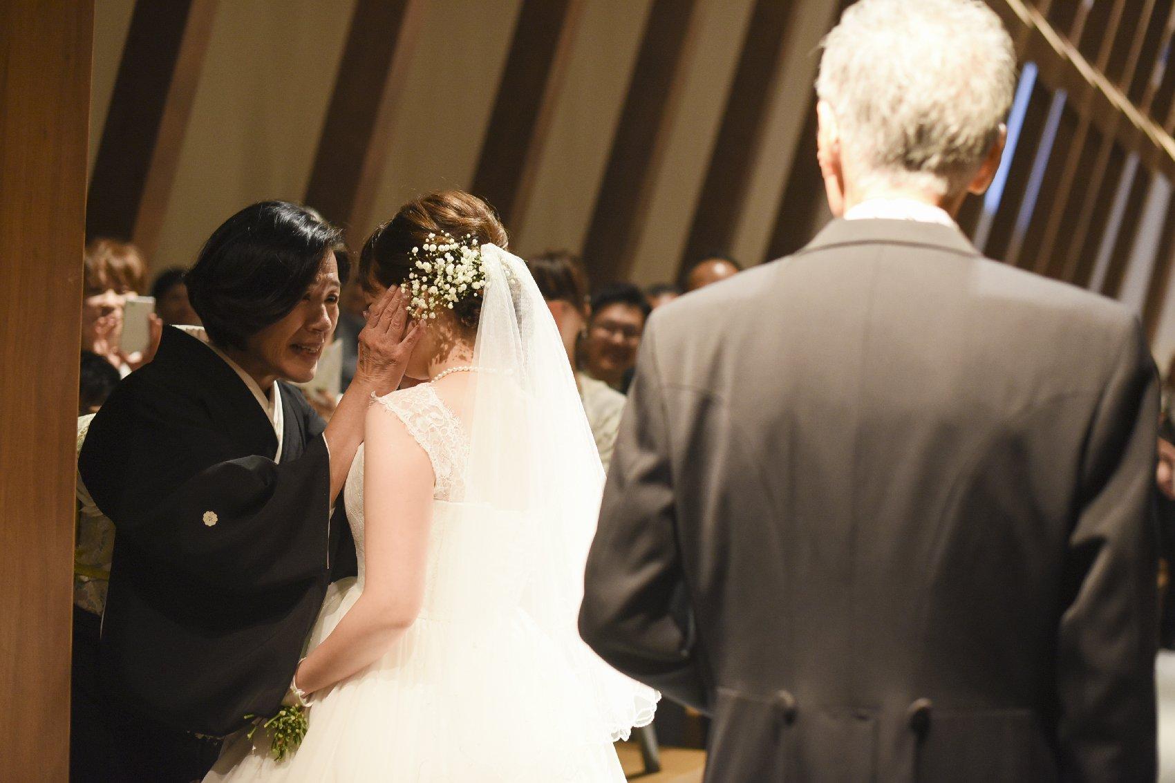 香川県高松市の結婚式場アナザースタイルの新婦母とのベールダウン