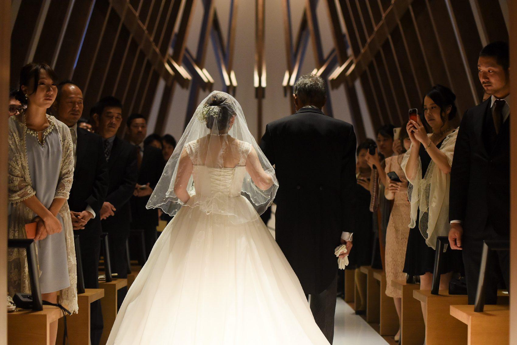 香川県高松市の結婚式場アナザースタイルの新婦父との入場シーン