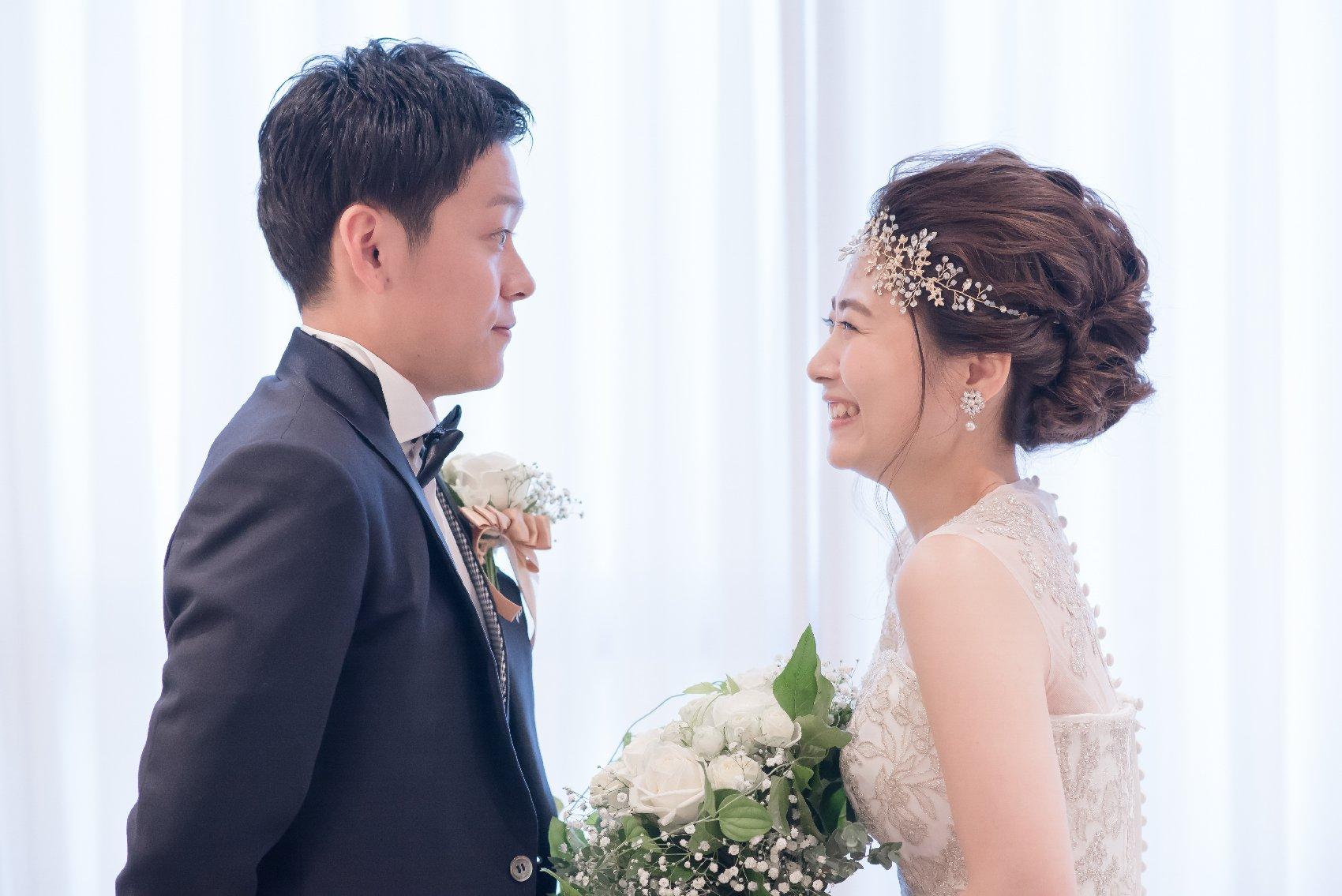 香川県高松市の結婚式場アナザースタイルの新郎新婦の見つめ合う写真