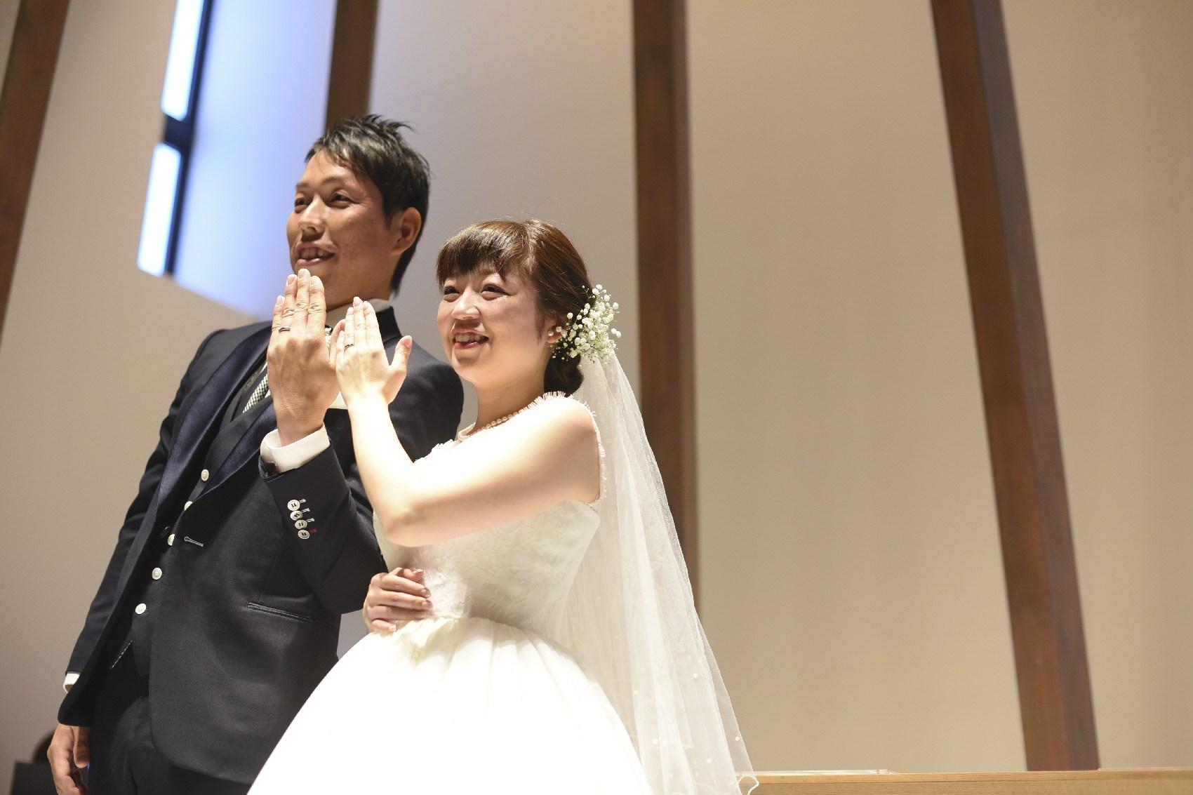 結婚式での指輪ポーズ