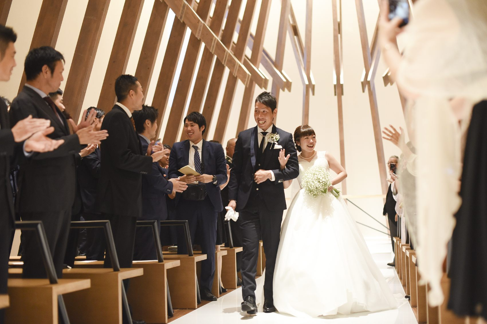 香川県高松市の結婚式場アナザースタイルの新郎新婦の退場シーン