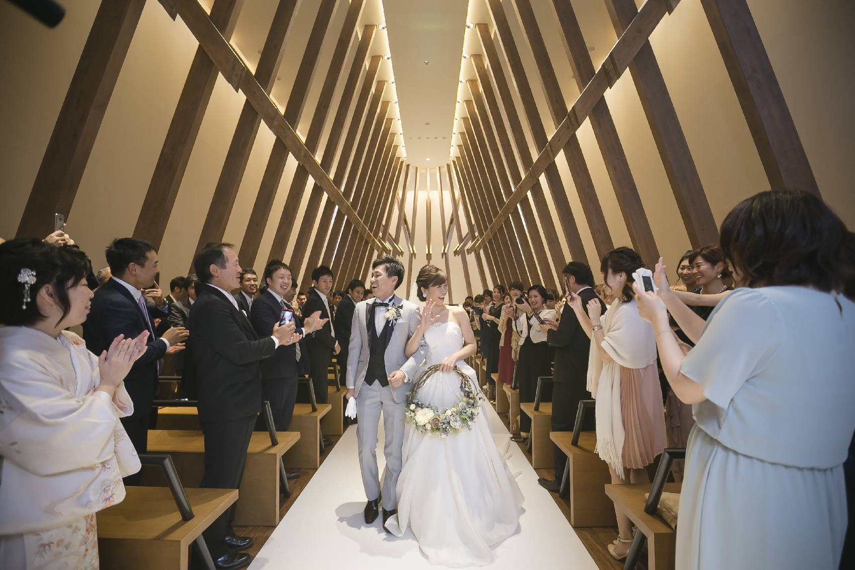 香川県高松市の結婚式場アナザースタイルの挙式の退場シーン