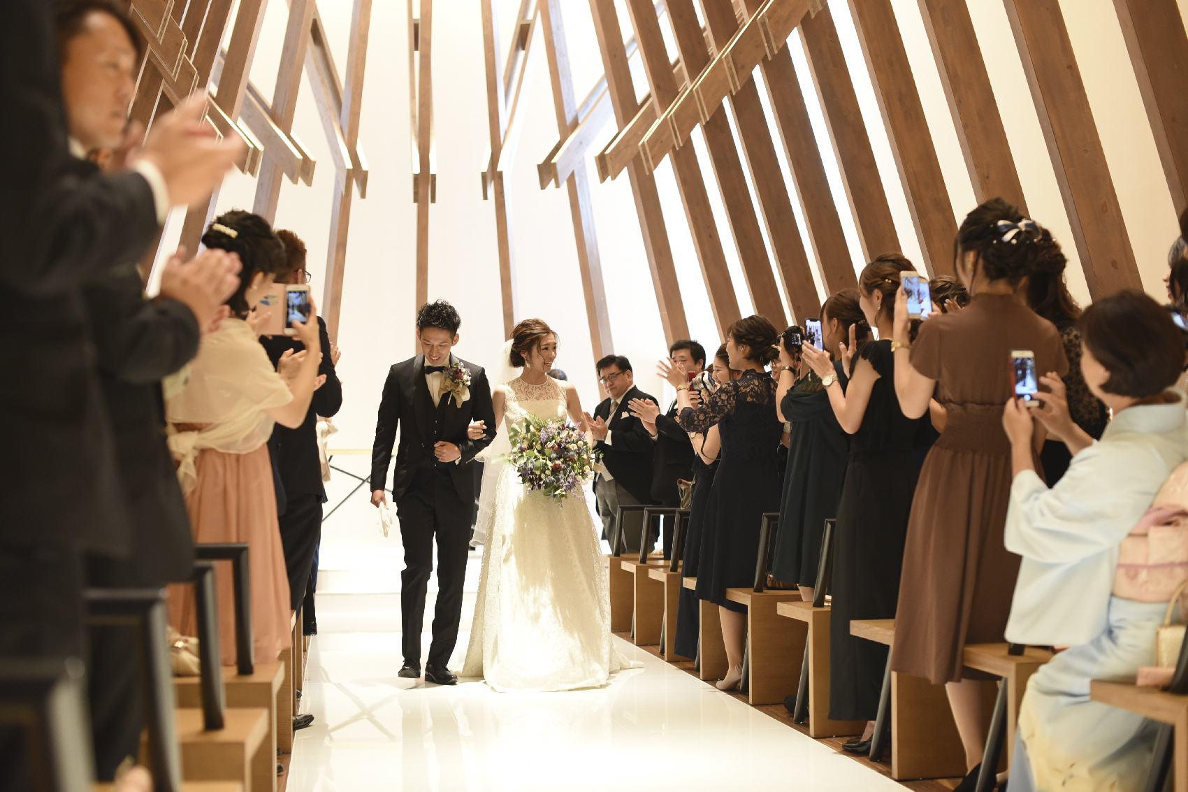 香川県高松市の結婚式場アナザースタイルで挙式を終え退場シーン