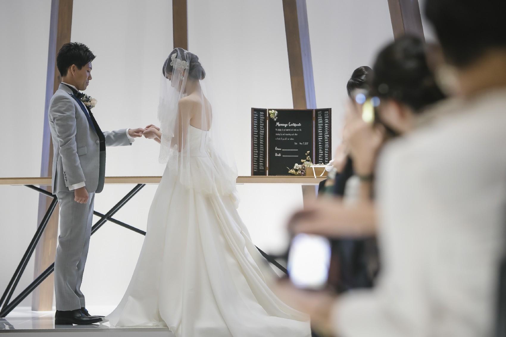 香川県高松市の結婚式場アナザースタイルのチャペルでの指輪の交換