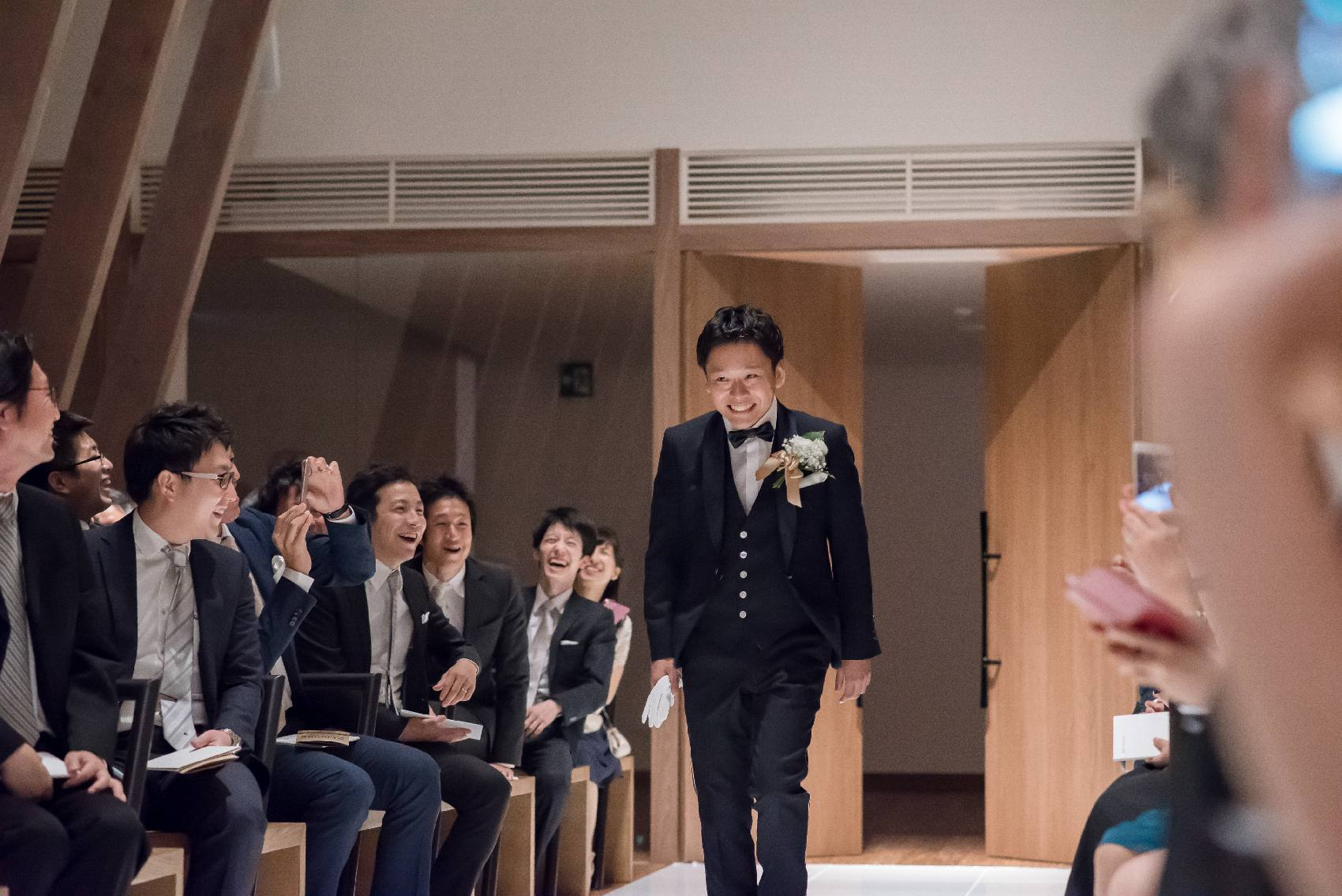 香川県高松市の結婚式場アナザースタイルの新郎がチャペルに入場
