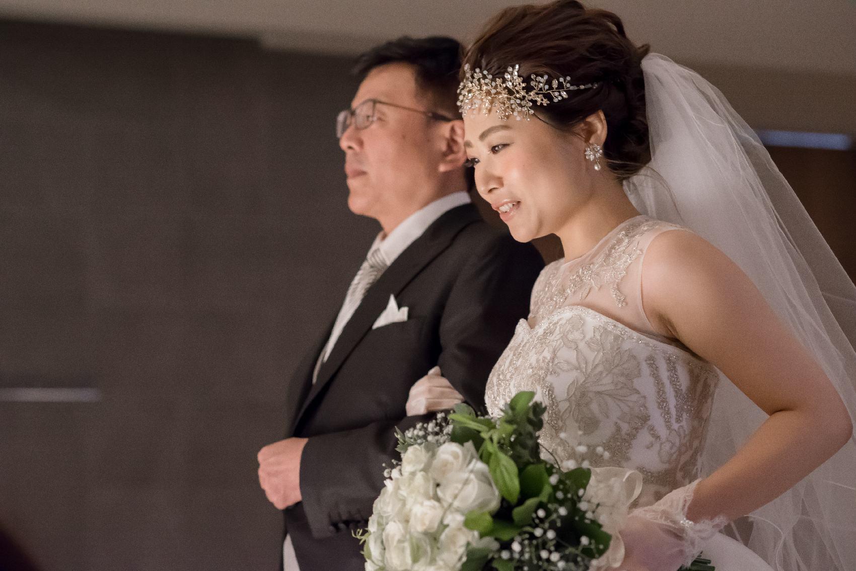 香川県高松市の結婚式場アナザースタイルの新婦が父親と入場