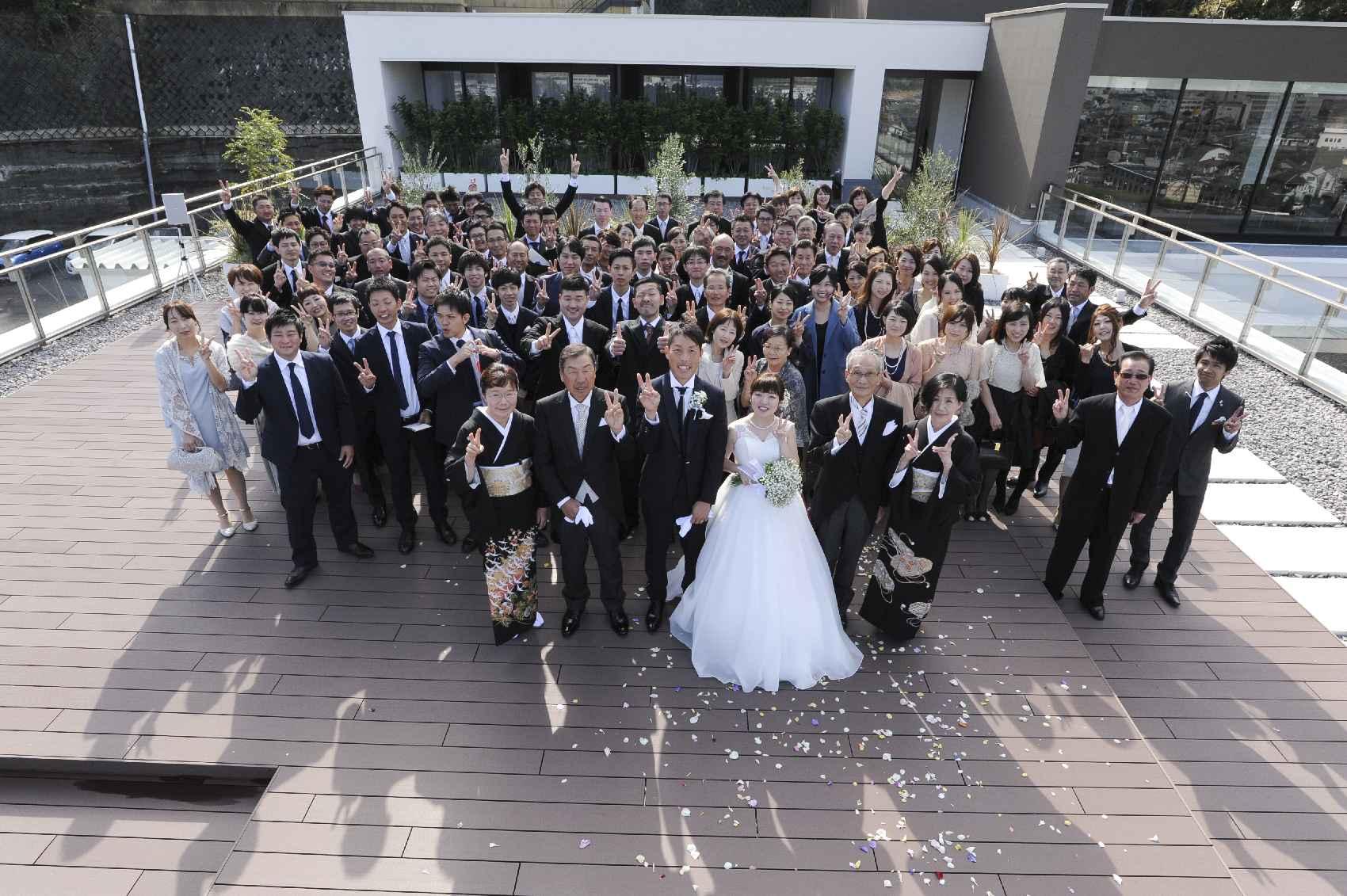 香川県高松市の結婚式場アナザースタイルのテラスでの集合写真