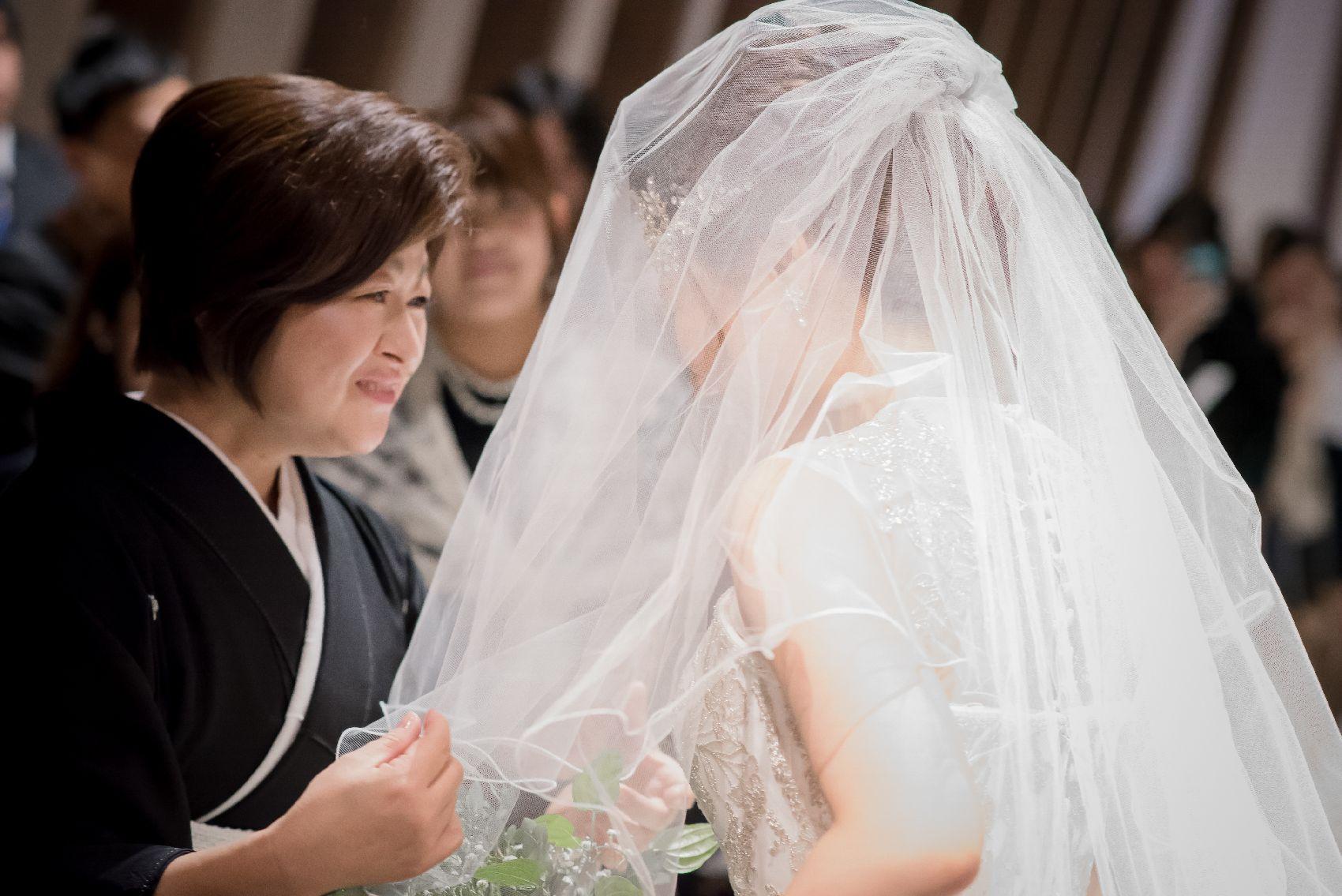 香川県高松市の結婚式場アナザースタイルの母親とのベールダウン