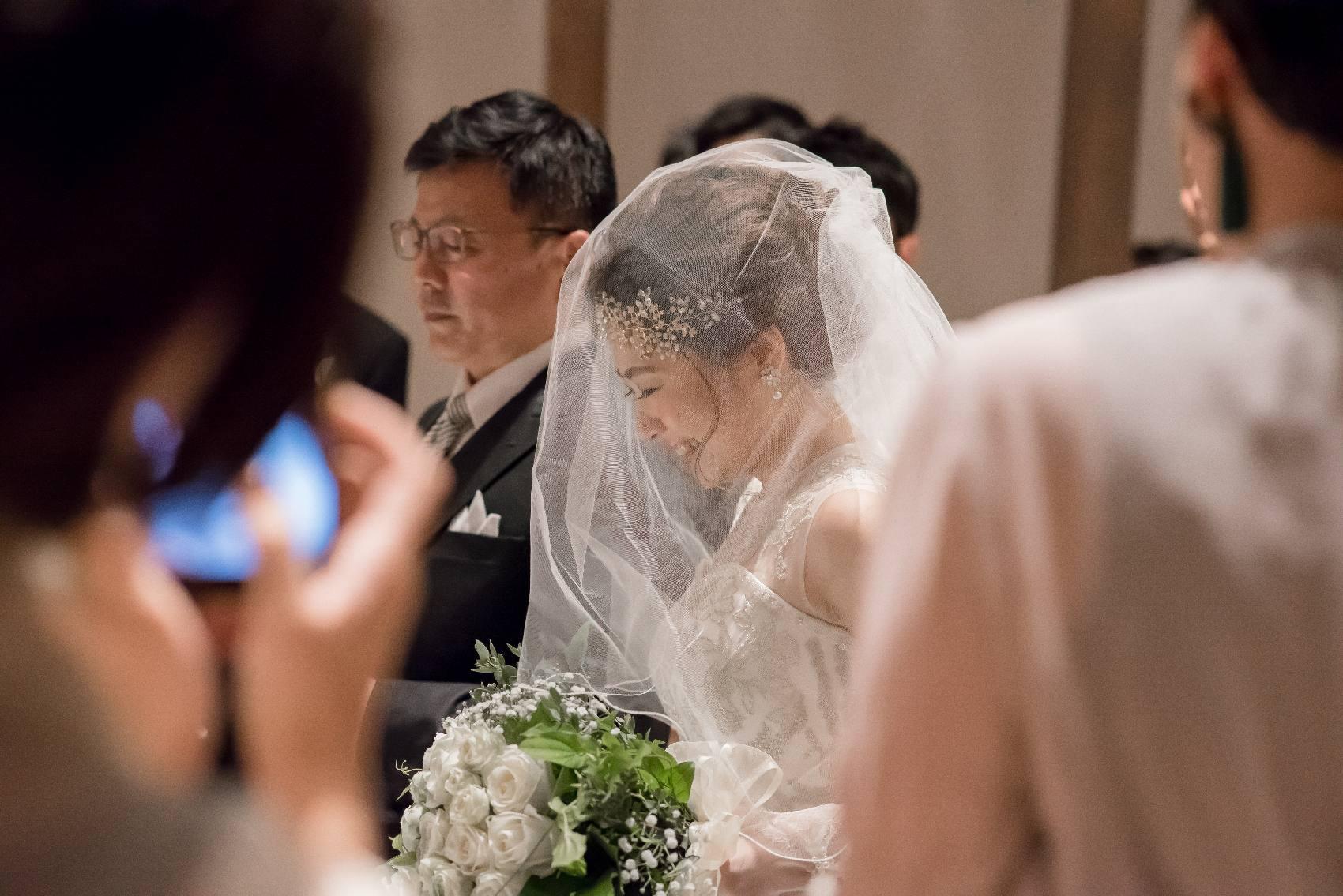 香川県高松市の結婚式場アナザースタイルのバージンロードを歩く花嫁