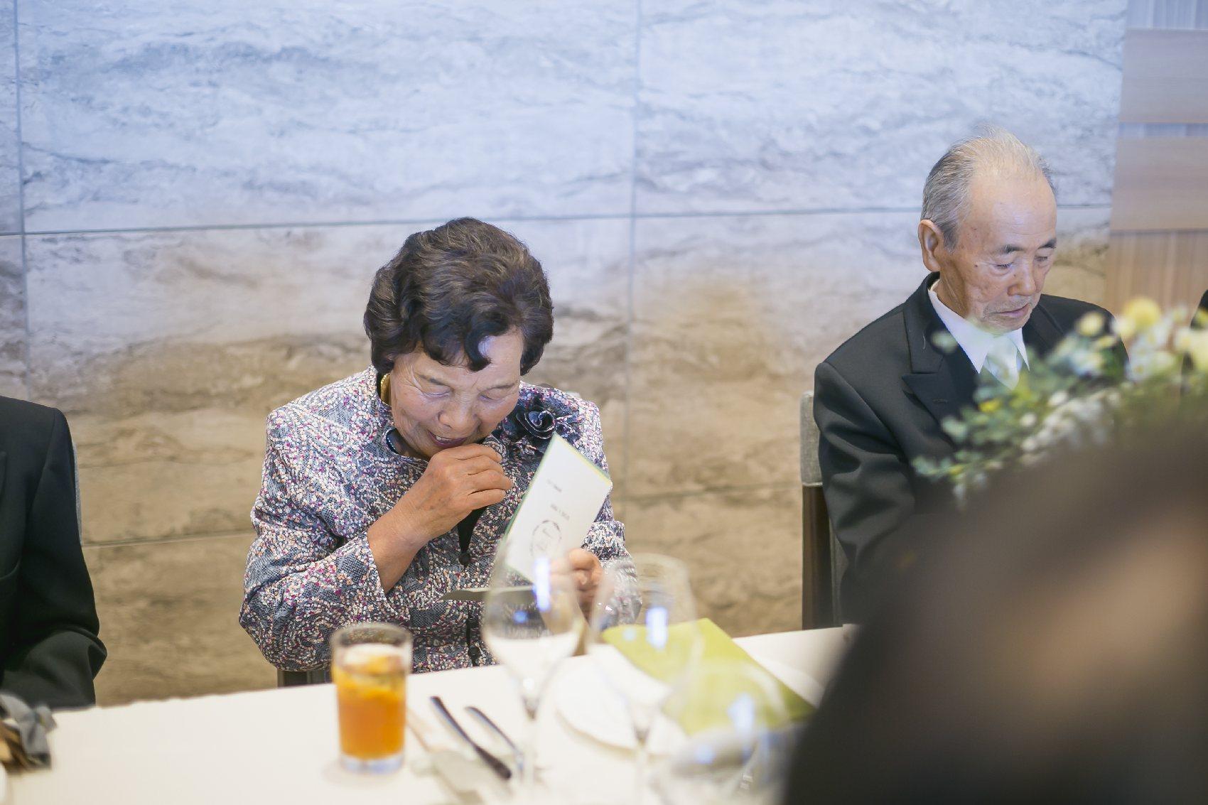 香川県高松市の結婚式場アナザースタイルの披露宴で感動する祖母