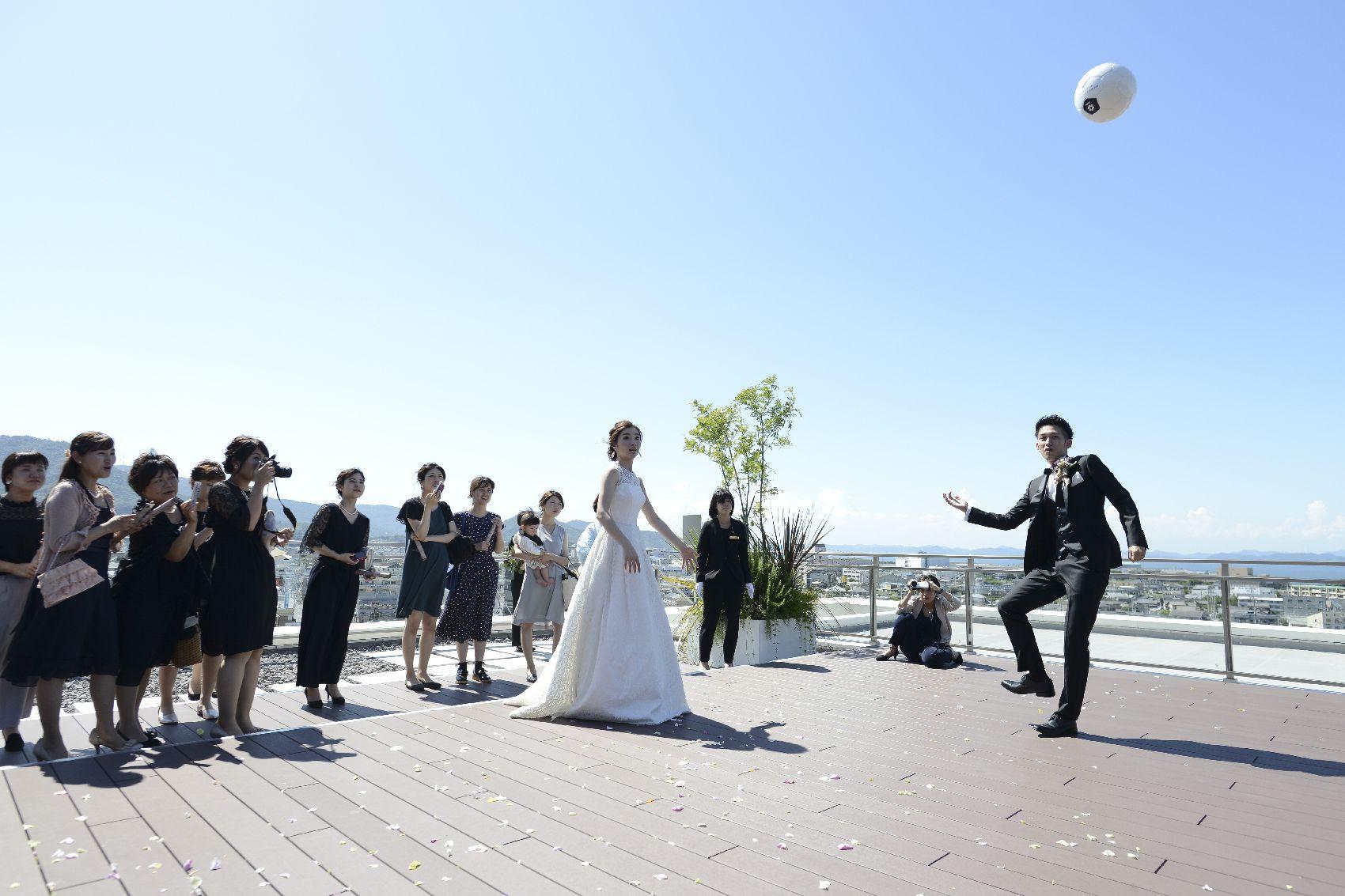香川県高松市の結婚式場アナザースタイルのテラスでのサッカー演出