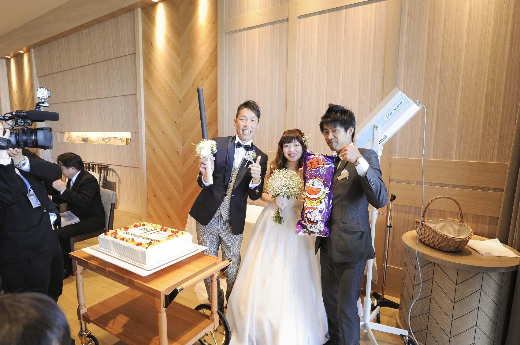 香川県高松市の結婚式場アナザースタイルのプランナーとの記念写真