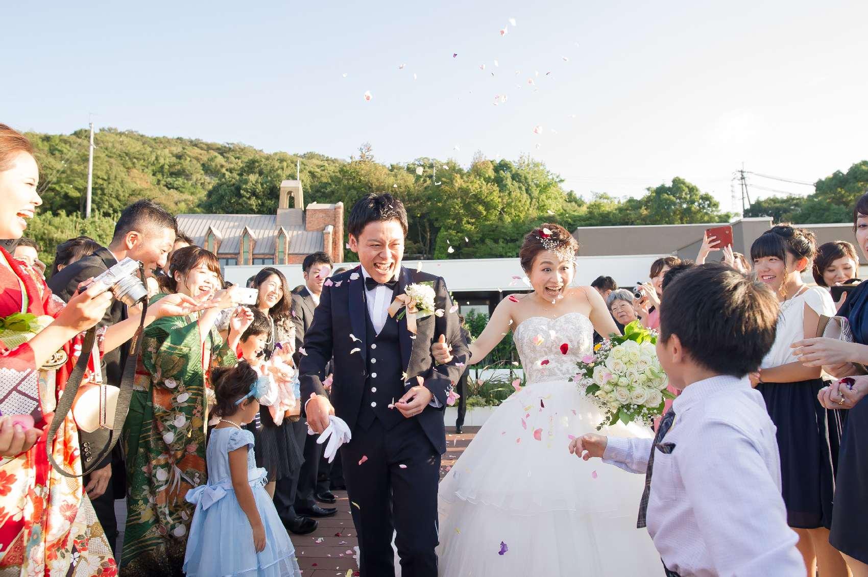 香川県高松市の結婚式場アナザースタイルのアフターセレモニーのフラワーシャワー
