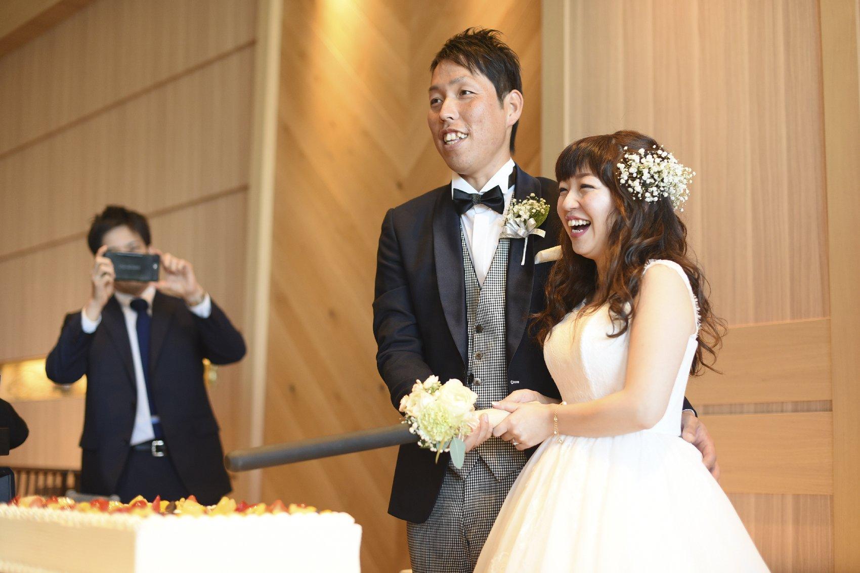 香川県高松市の結婚式場アナザースタイルのウエディングケーキのカット