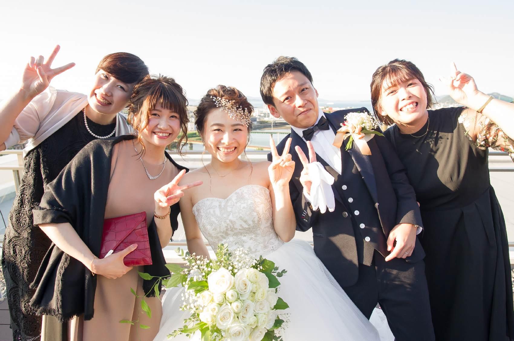 香川県高松市の結婚式場アナザースタイルのアフターセレモニーで友人との写真
