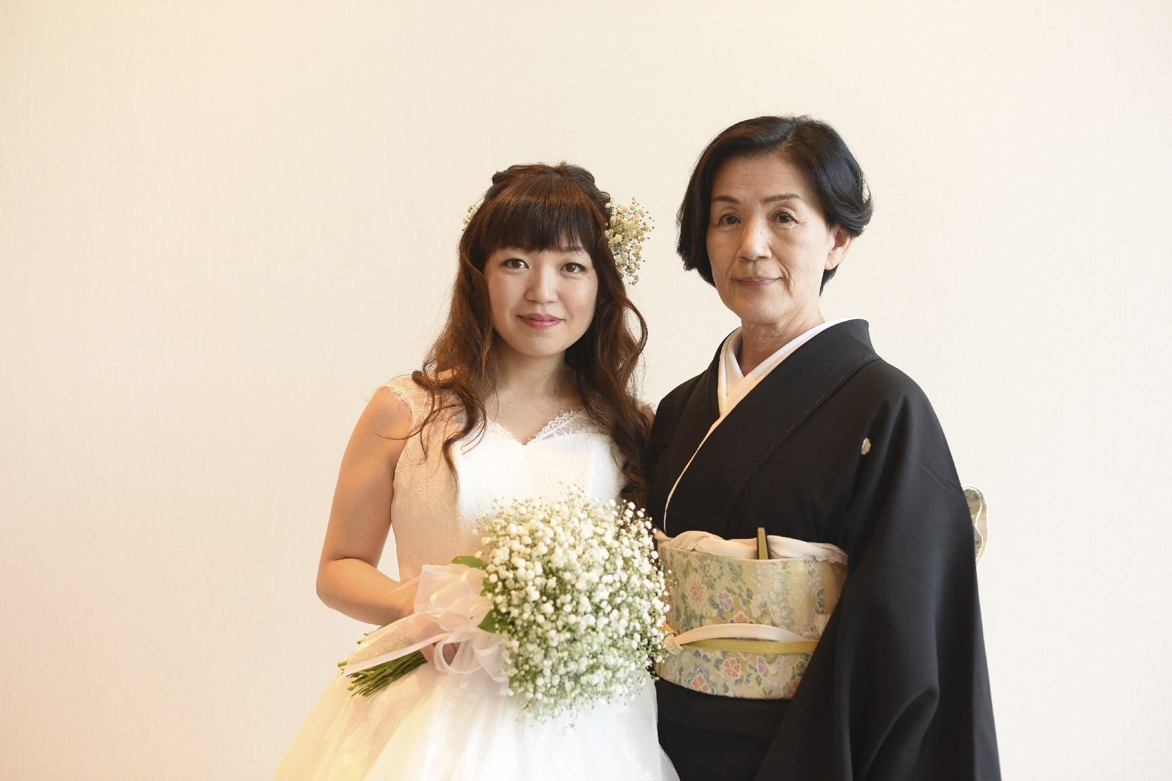 香川県高松市の結婚式場アナザースタイルの新婦母との記念写真