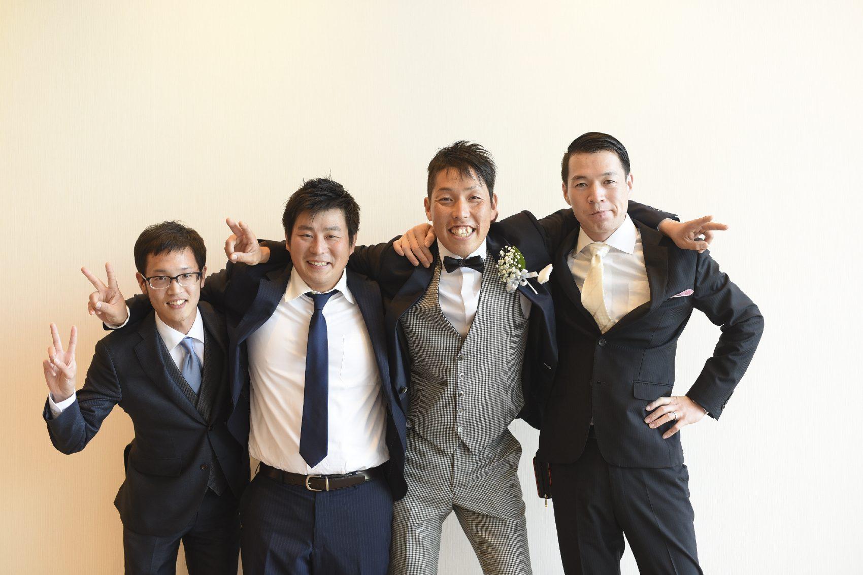 香川県高松市の結婚式場アナザースタイルの新郎と兄弟との記念写真