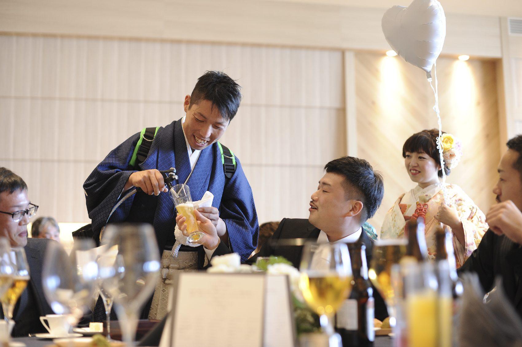香川県高松市の結婚式場アナザースタイルのサーバーを担いでビール演出