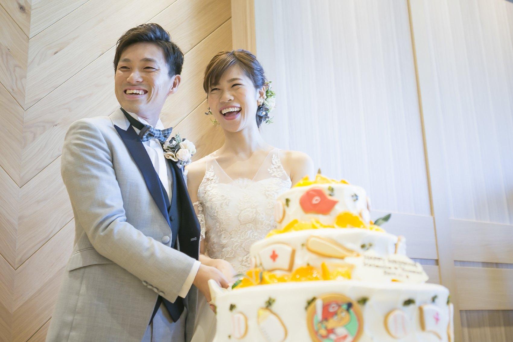 香川県高松市の結婚式場アナザースタイルのウエディングケーキでファーストバイト