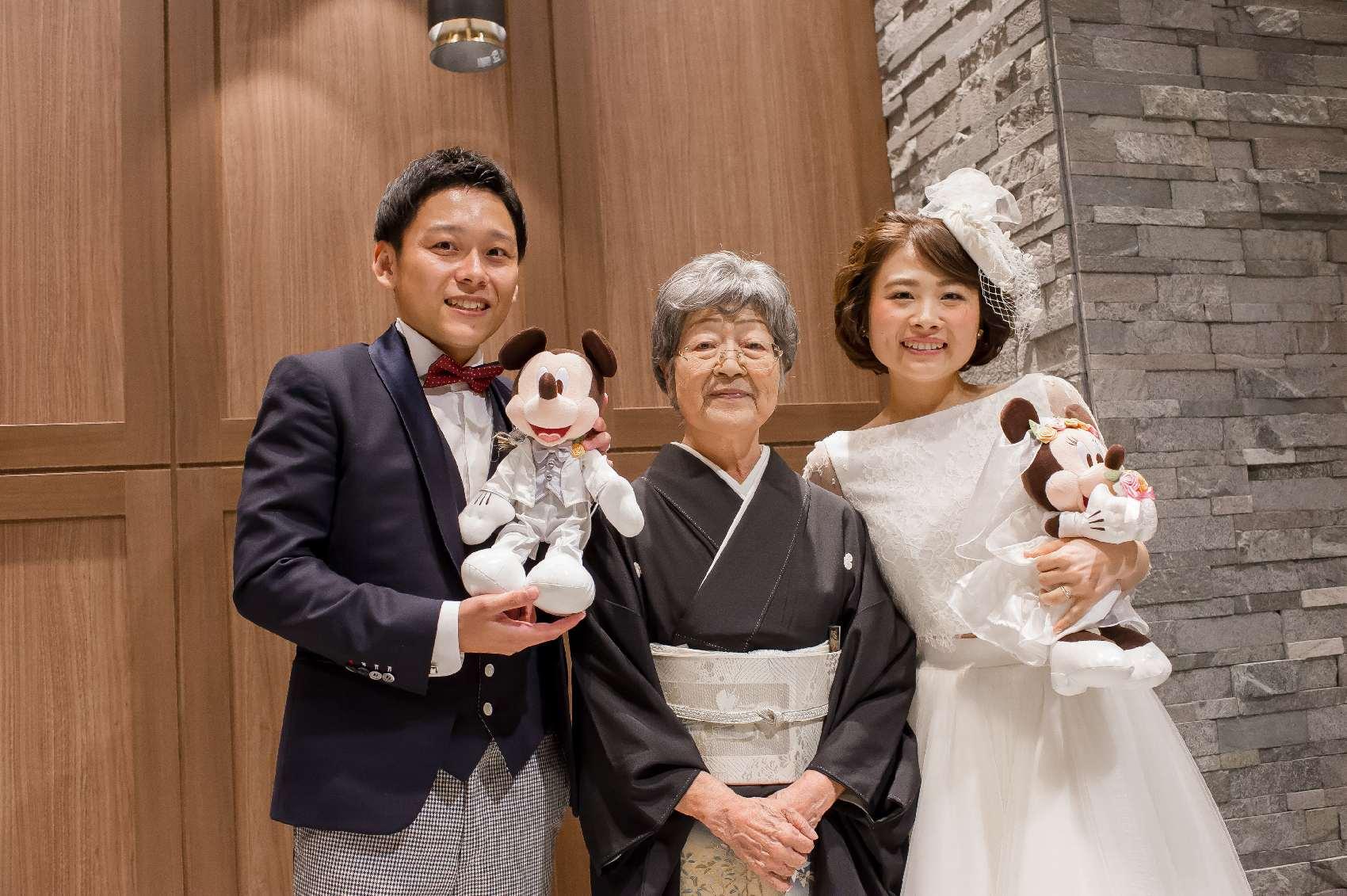 香川県高松市の結婚式場アナザースタイルの結婚式で祖母との記念写真