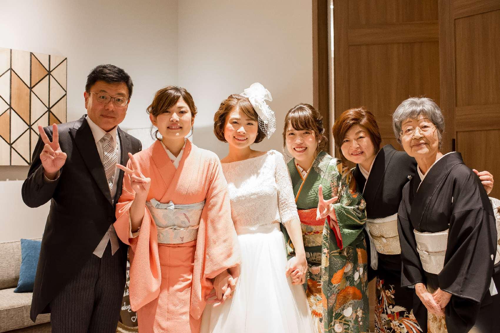 香川県高松市の結婚式場アナザースタイルの新婦の親族との記念写真