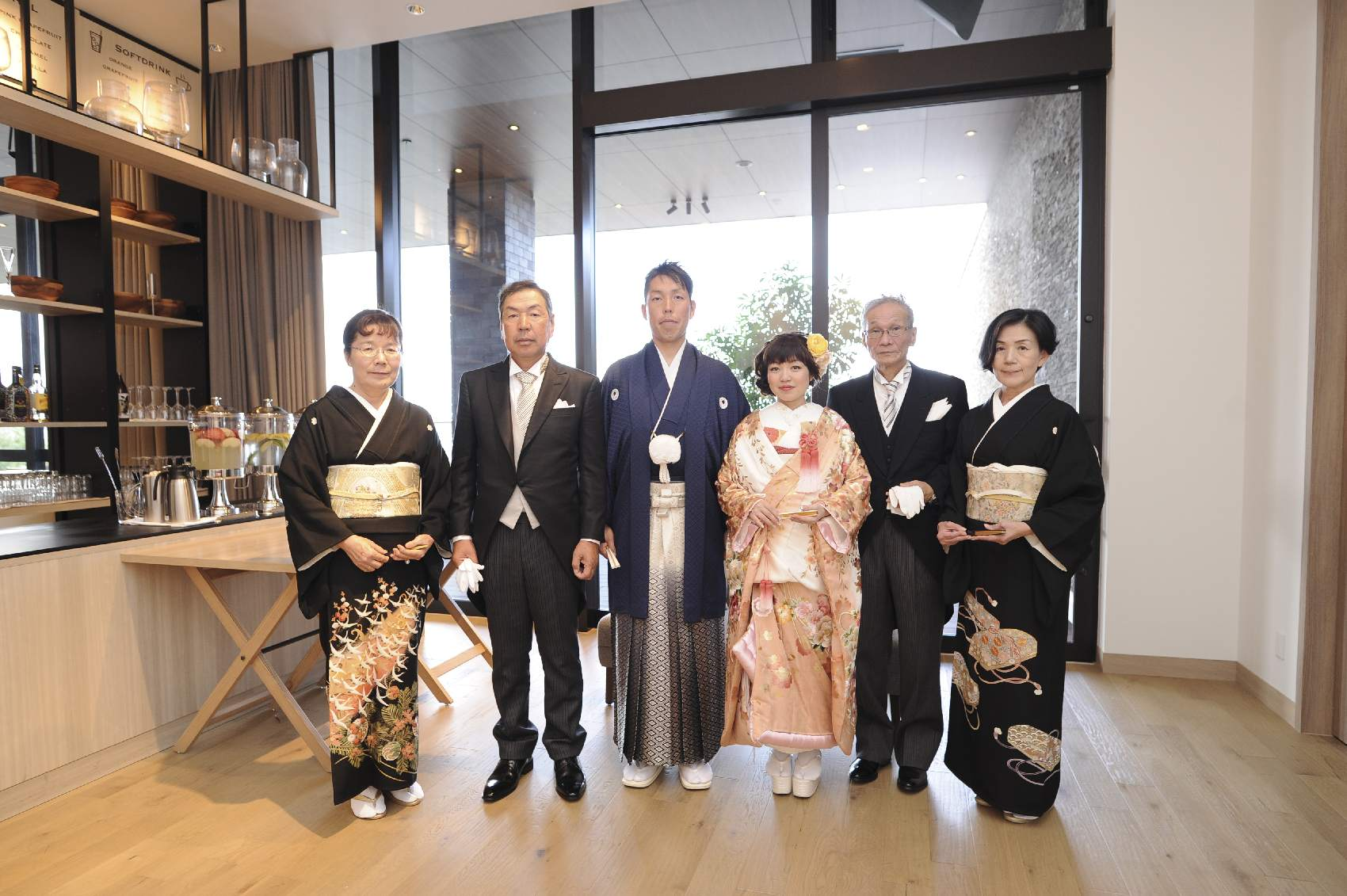 香川県高松市の結婚式場アナザースタイルの両家で記念写真