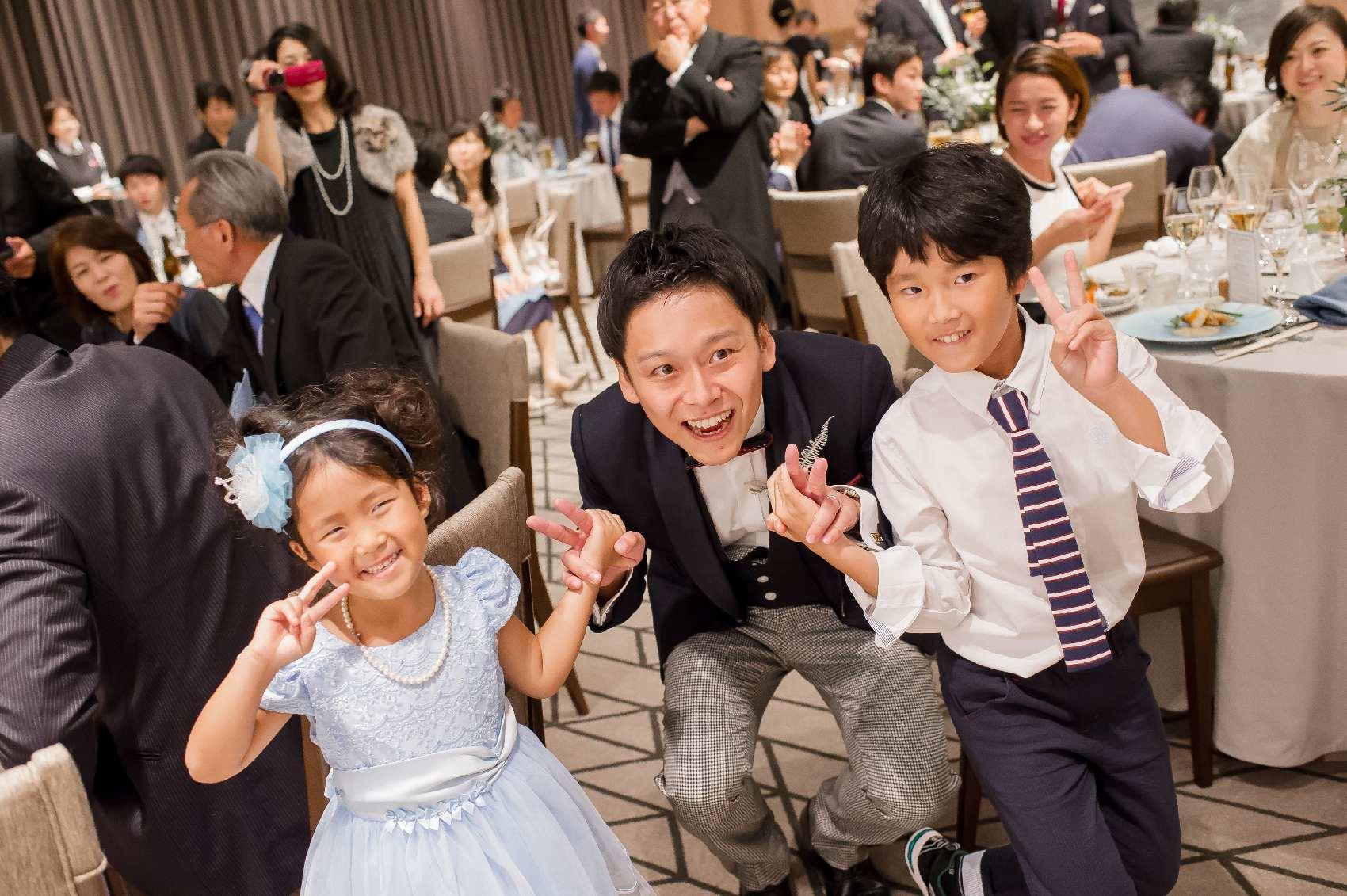 香川県高松市の結婚式場アナザースタイルの新郎と子供との記念写真