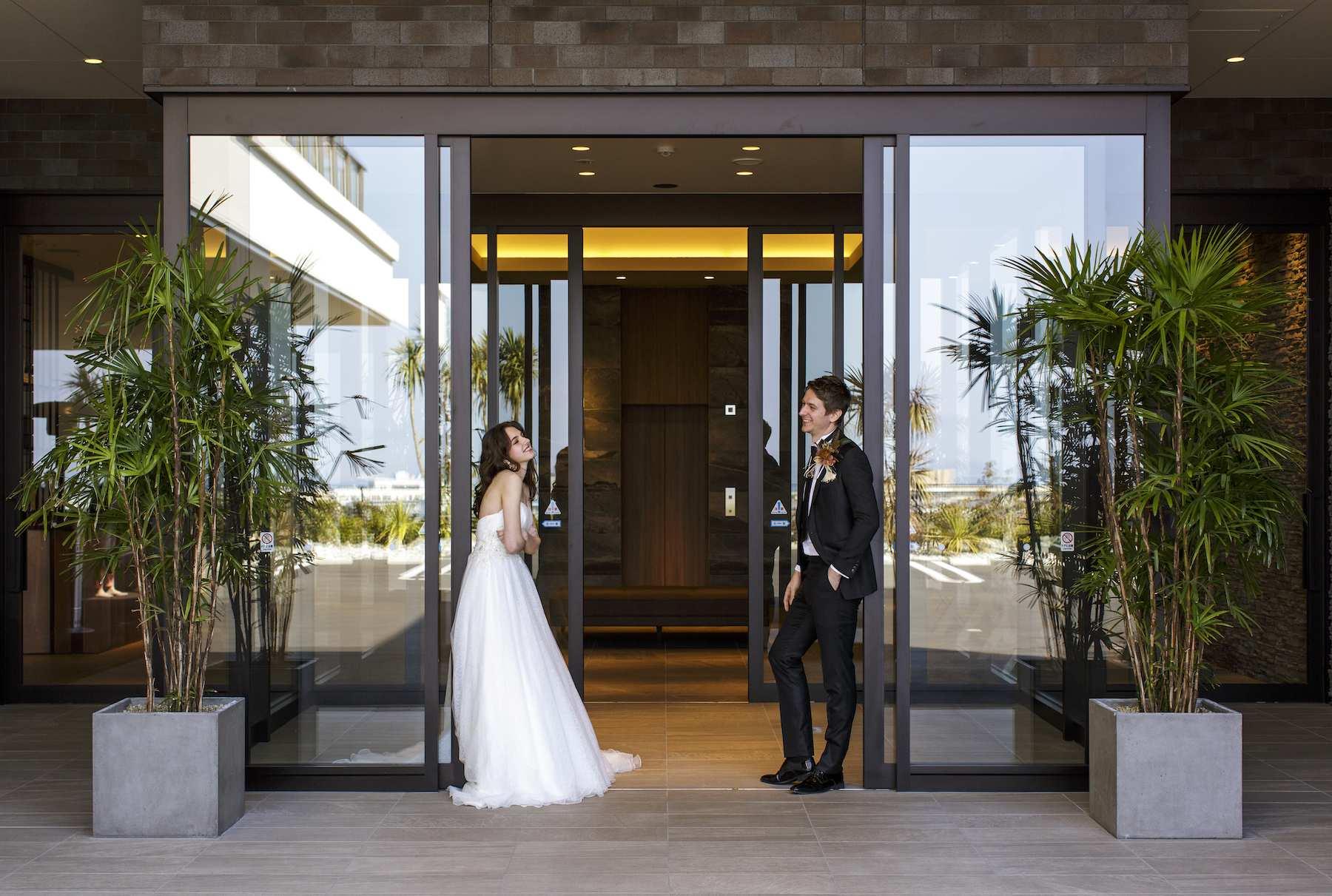 香川県高松市の結婚式場アナザースタイルの入口前