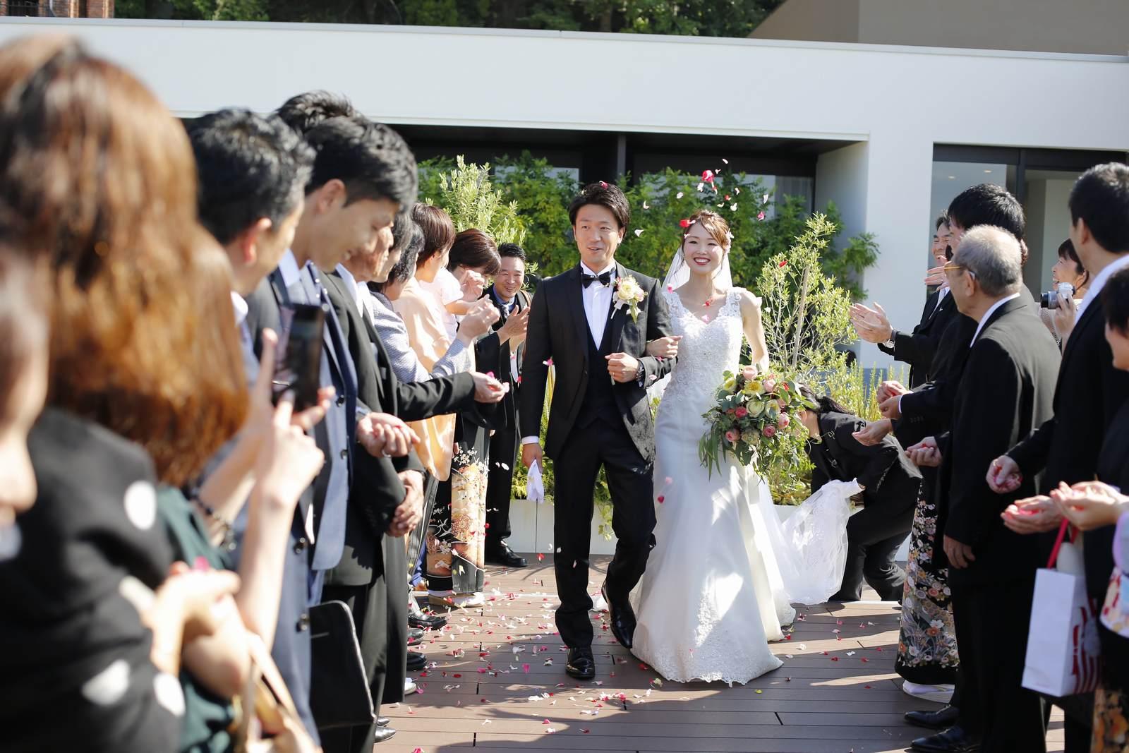 香川県高松市の結婚式場アナザースタイルのアフターセレモニーでフラワーシャワー
