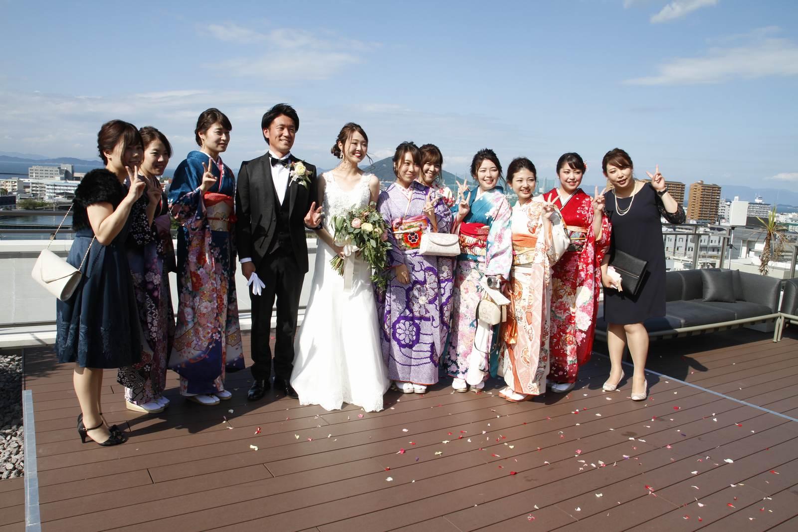 香川県高松市の結婚式場アナザースタイルのフラワーシャワー後にゲストと記念撮影