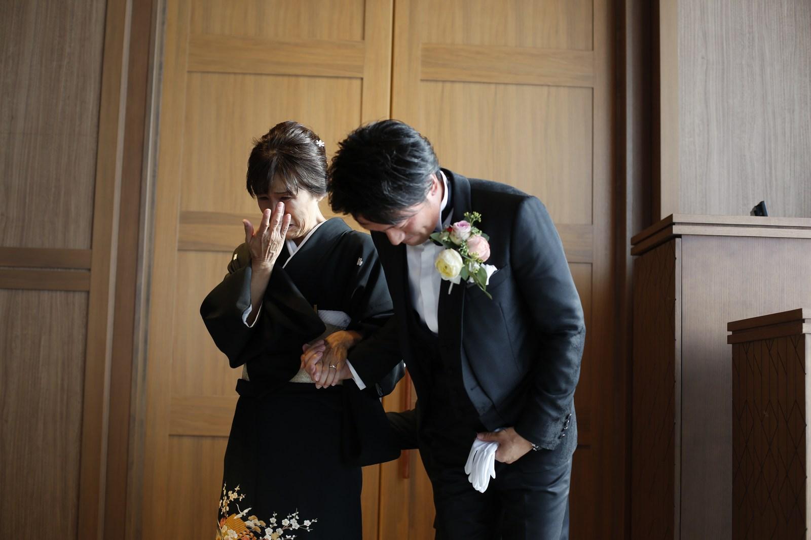 香川県高松市の結婚式場アナザースタイルの新郎と母の退場