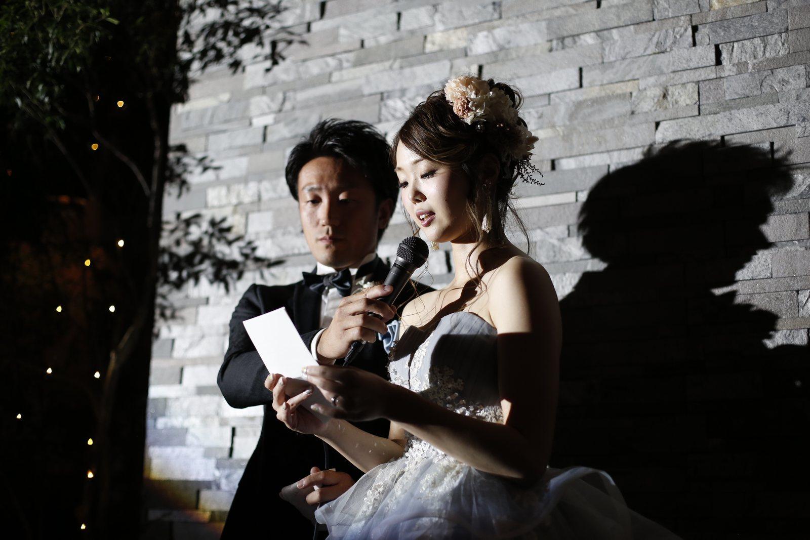 香川県高松市の結婚式場アナザースタイルの新婦が手紙を読む感動シーン
