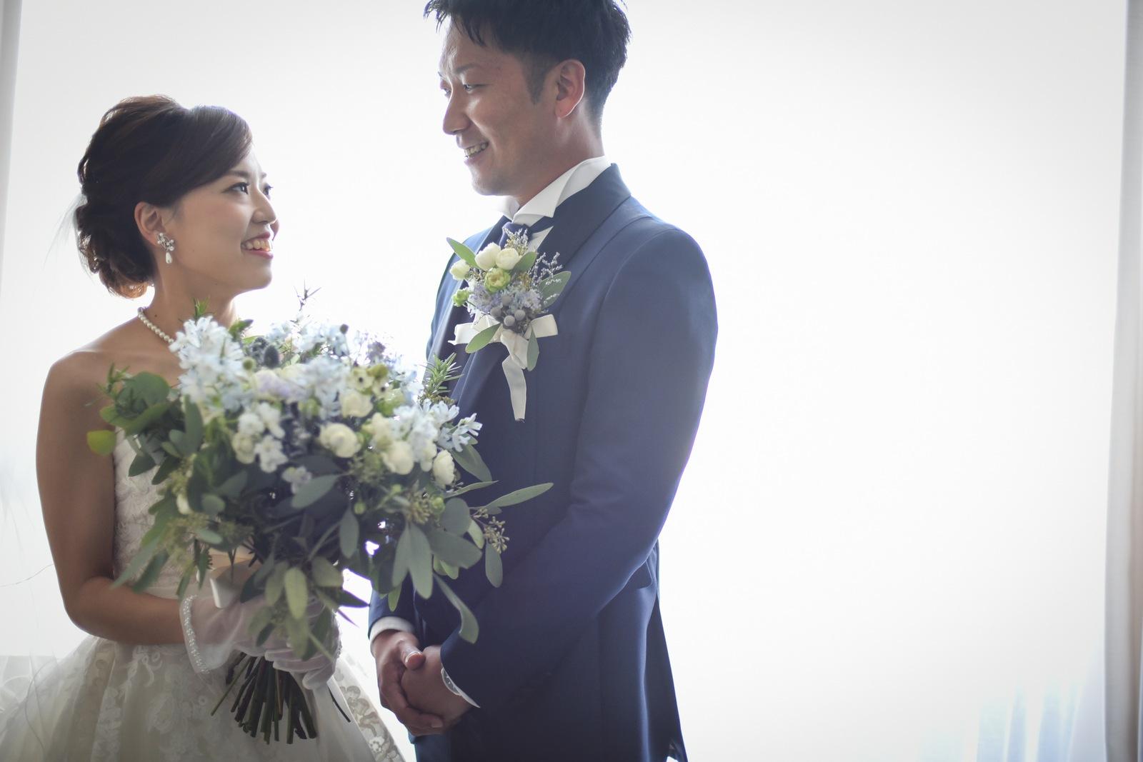 香川県高松市の結婚式場アナザースタイルのブライズルームでの新郎新婦