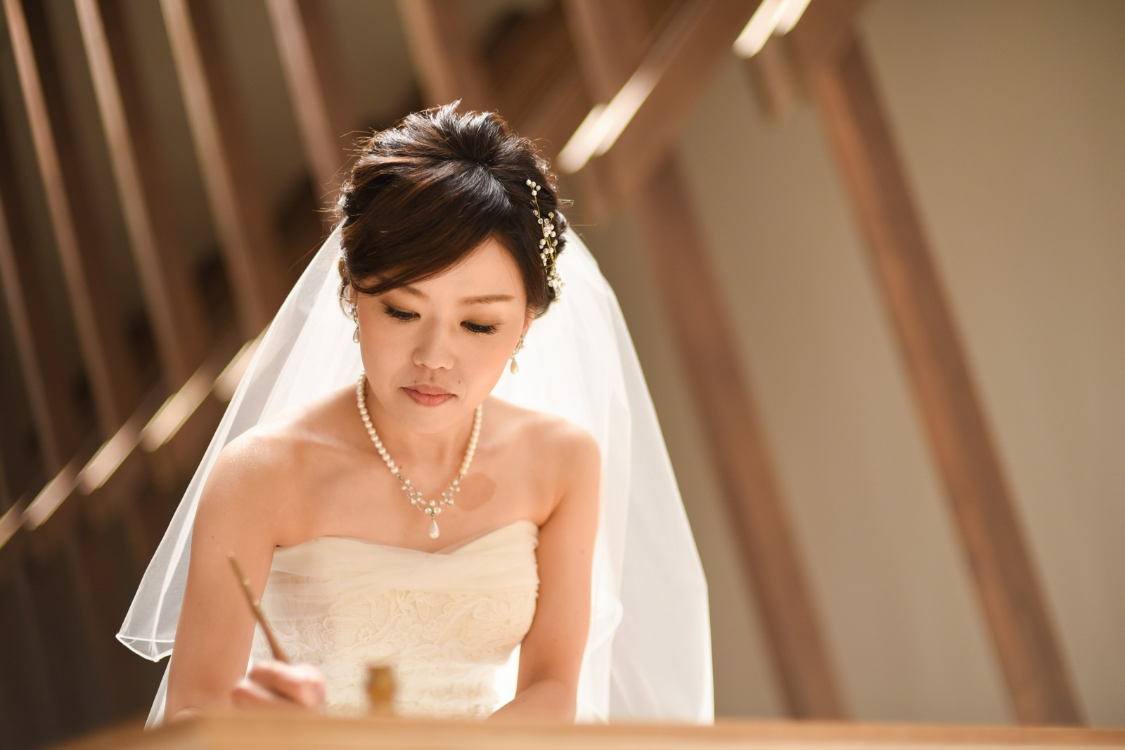 香川県高松市の結婚式場アナザースタイルの結婚証明書にサイン