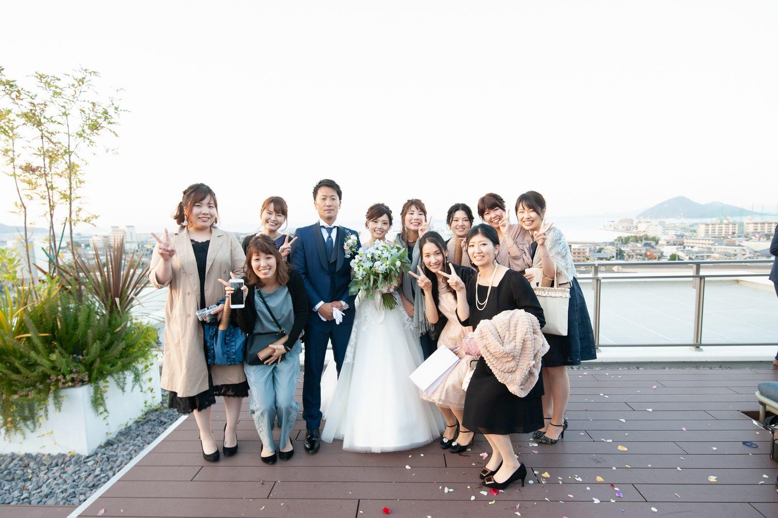 香川県高松市の結婚式場アナザースタイルのテラスで記念撮影