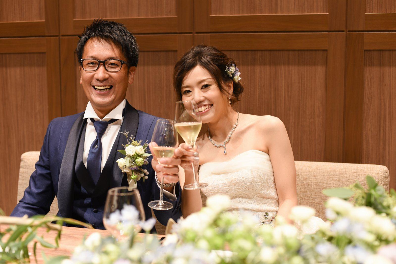 香川県高松市の結婚式場アナザースタイルのメインテーブルの新郎新婦