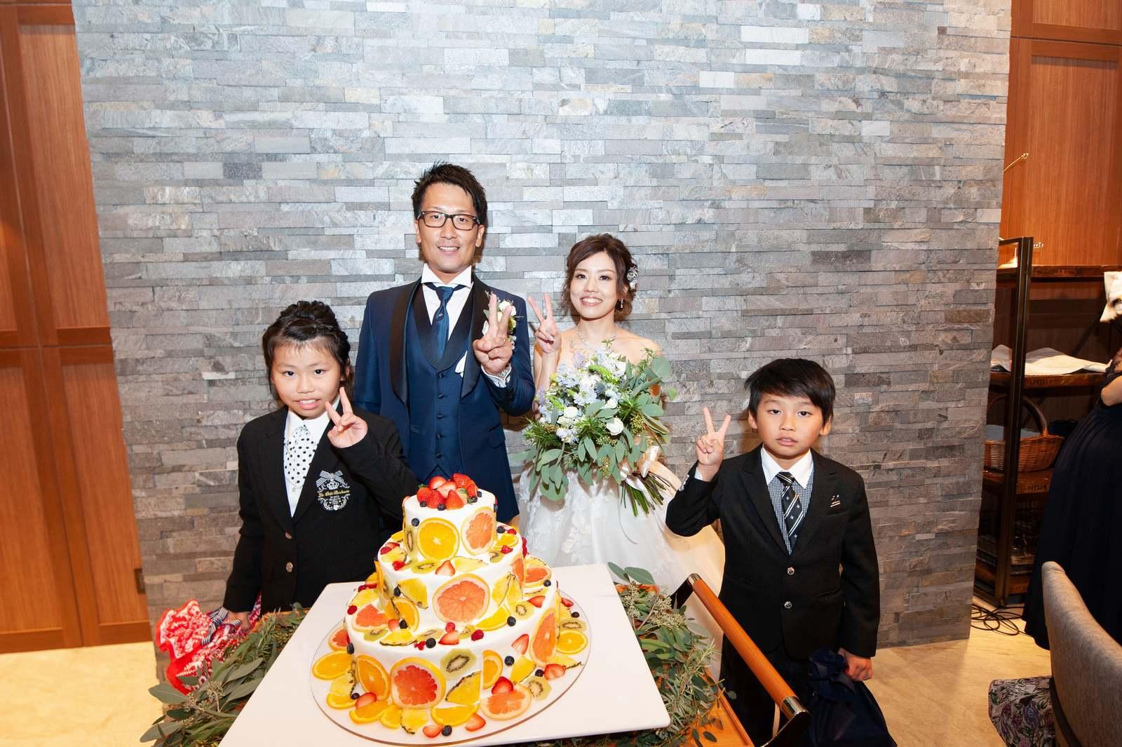 香川県高松市の結婚式場アナザースタイルのお子様ゲストと新郎新婦の記念撮影