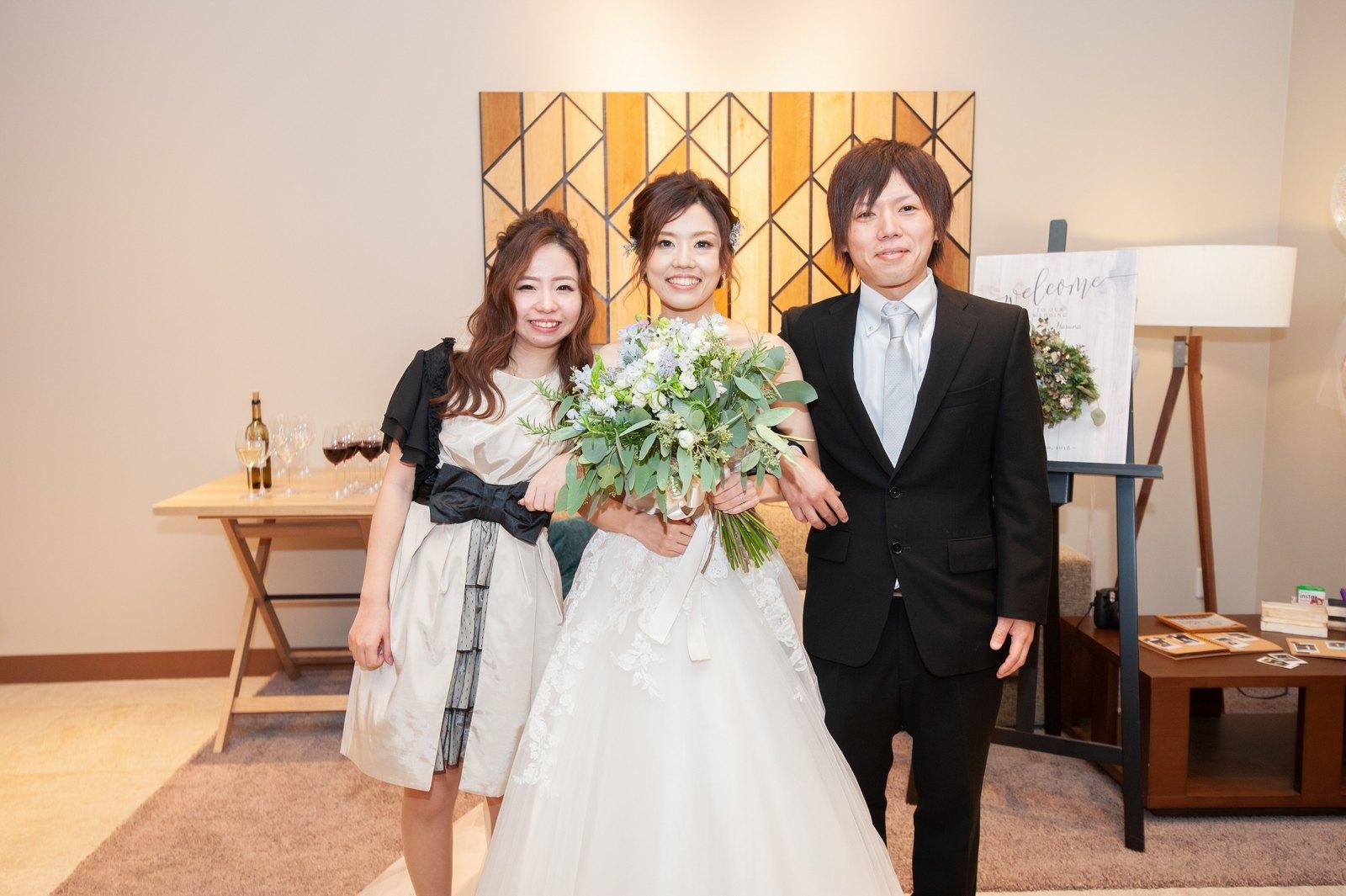 香川県高松市の結婚式場アナザースタイルでゲストと記念撮影