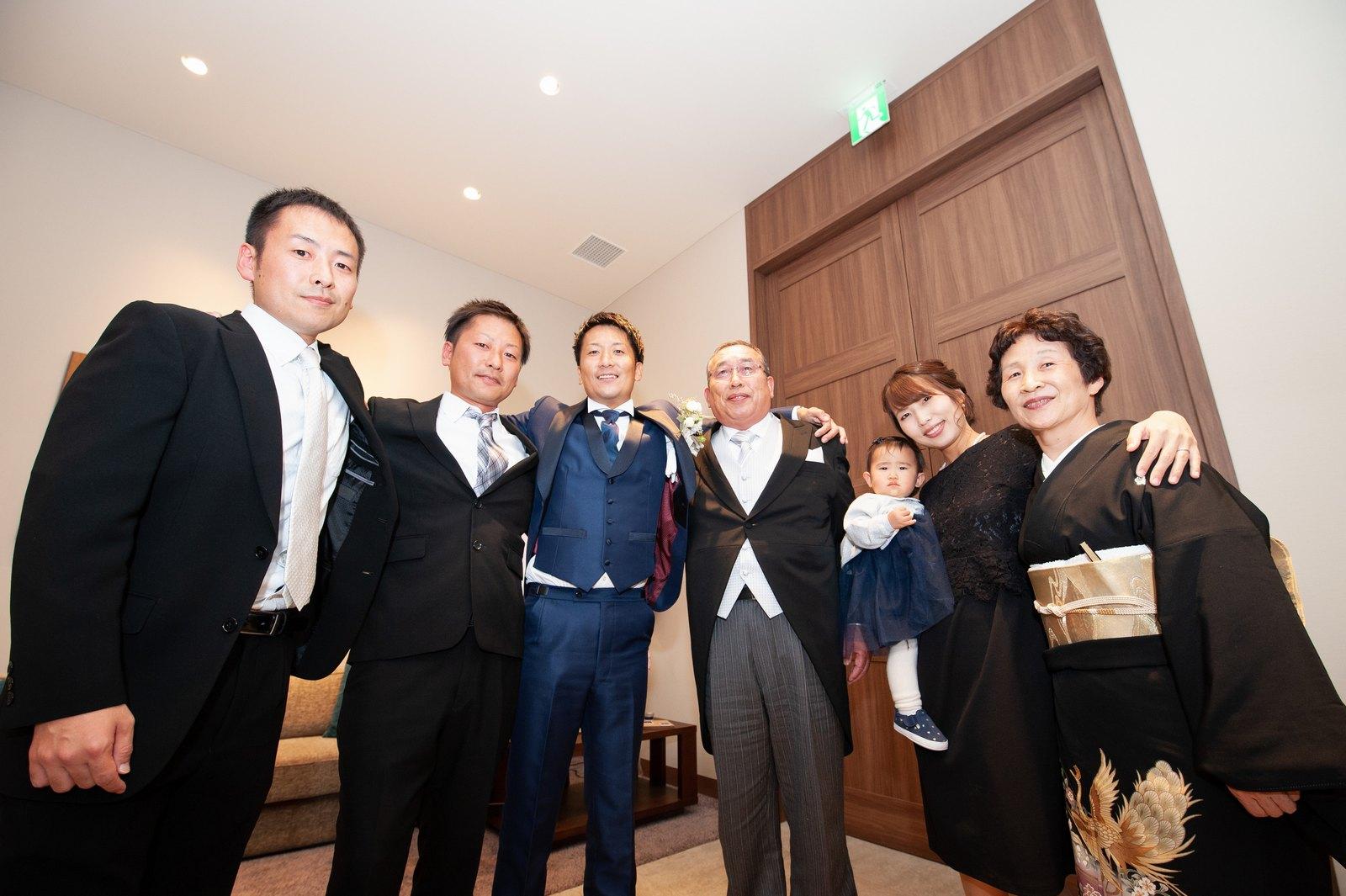 香川県高松市の結婚式場アナザースタイルで親族と記念撮影