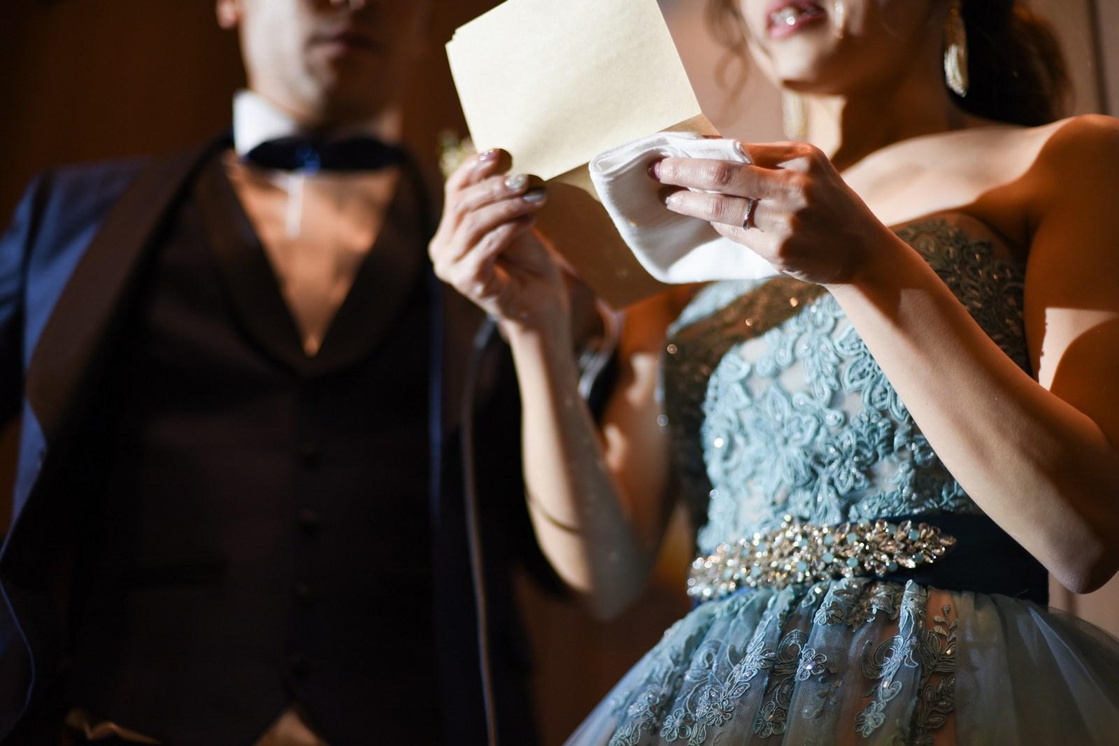 香川県高松市の結婚式場アナザースタイルで手紙を読む新婦