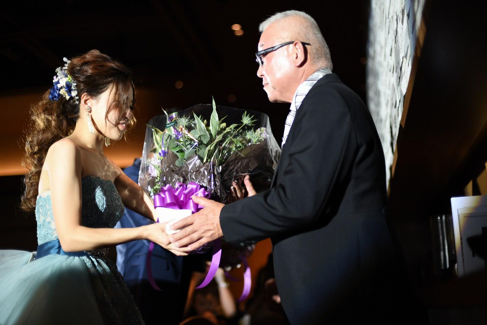 香川県高松市の結婚式場アナザースタイルで両親に花束を贈呈
