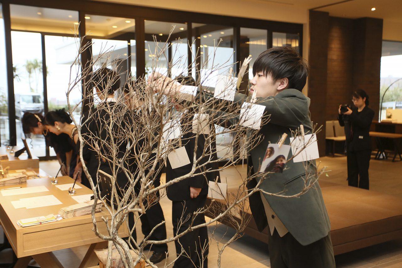 香川県高松市の結婚式場アナザースタイルの受付で新郎自ら飾り付け