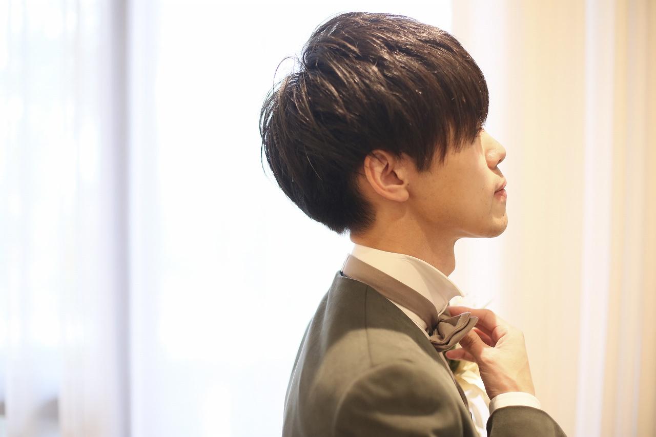 香川県高松市の結婚式場アナザースタイルの控室で支度をする新郎