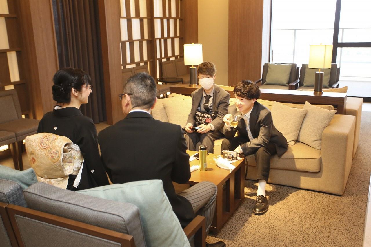 香川県高松市の結婚式場アナザースタイルの親族控室で寛ぐ