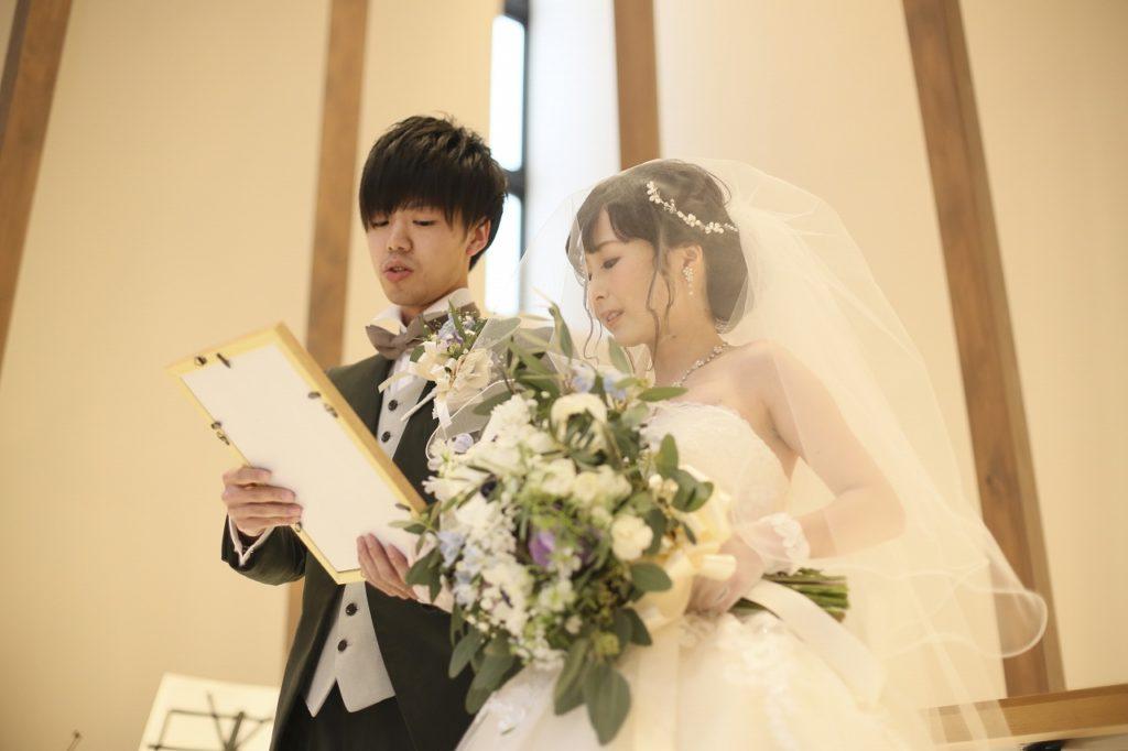 香川県高松市の結婚式場アナザースタイルで誓いの言葉を読む新郎新婦