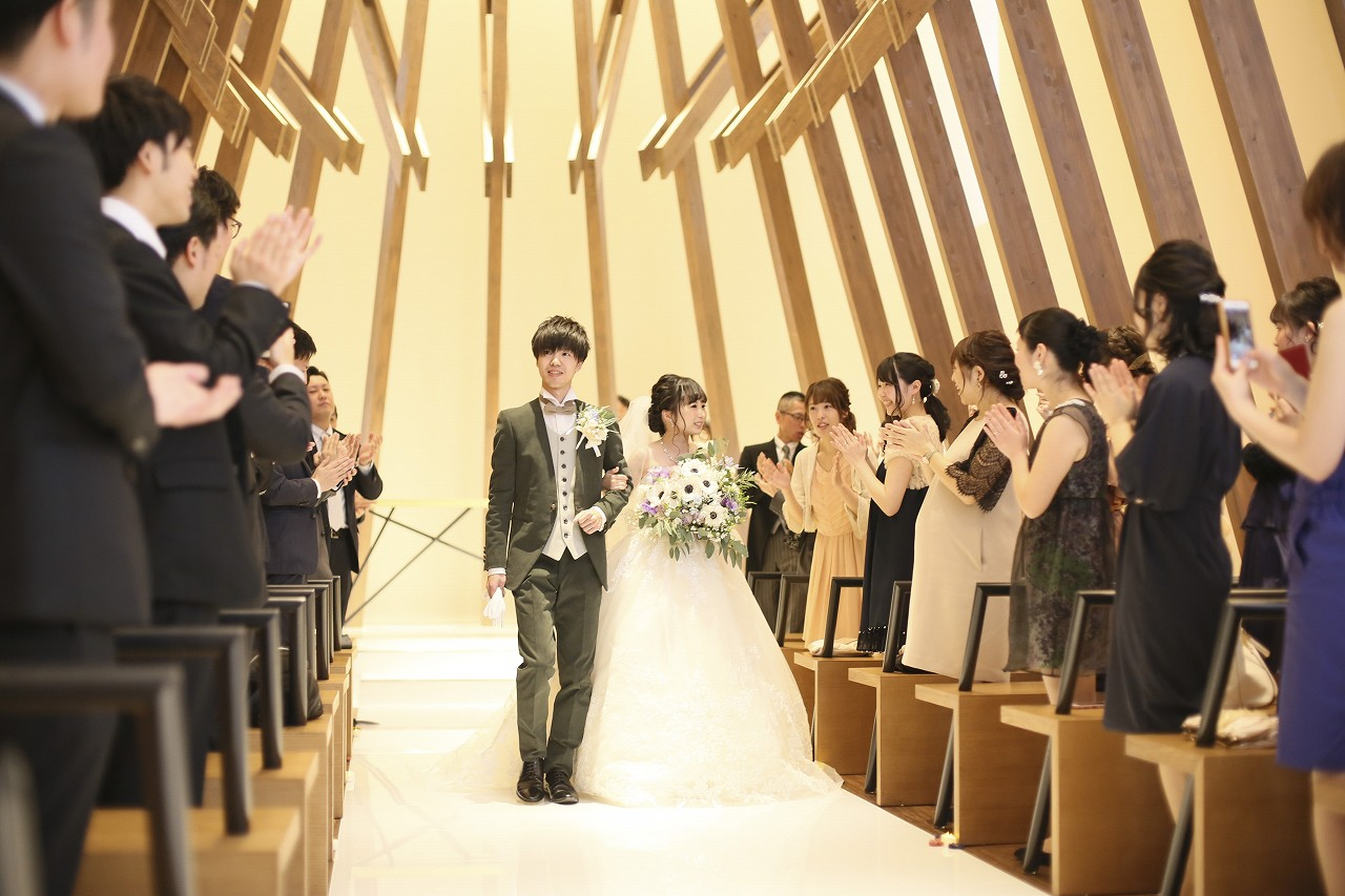 香川県高松市の結婚式場アナザースタイルのチャペルでの退場シーン
