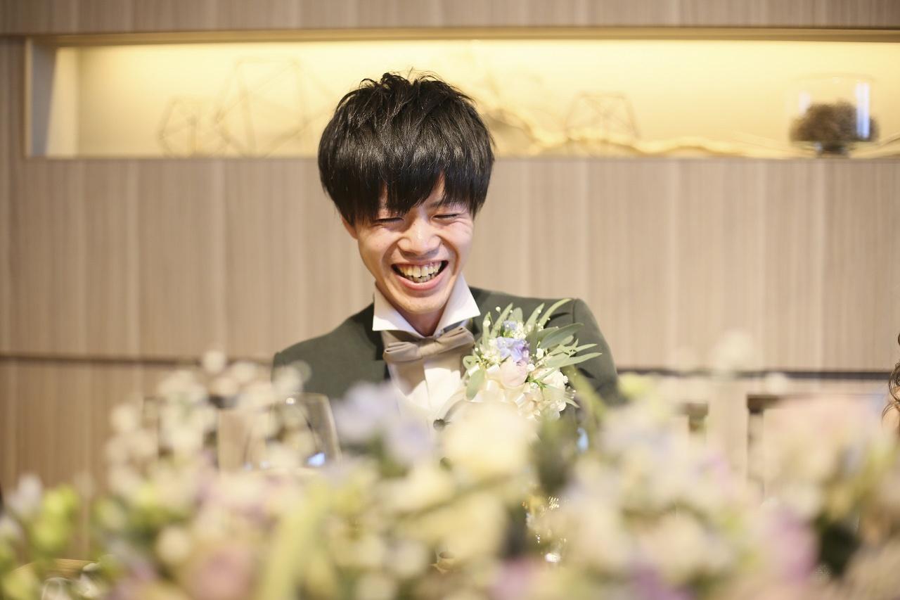 香川県高松市の結婚式場アナザースタイルで乾杯後に緊張が解け笑顔の新郎