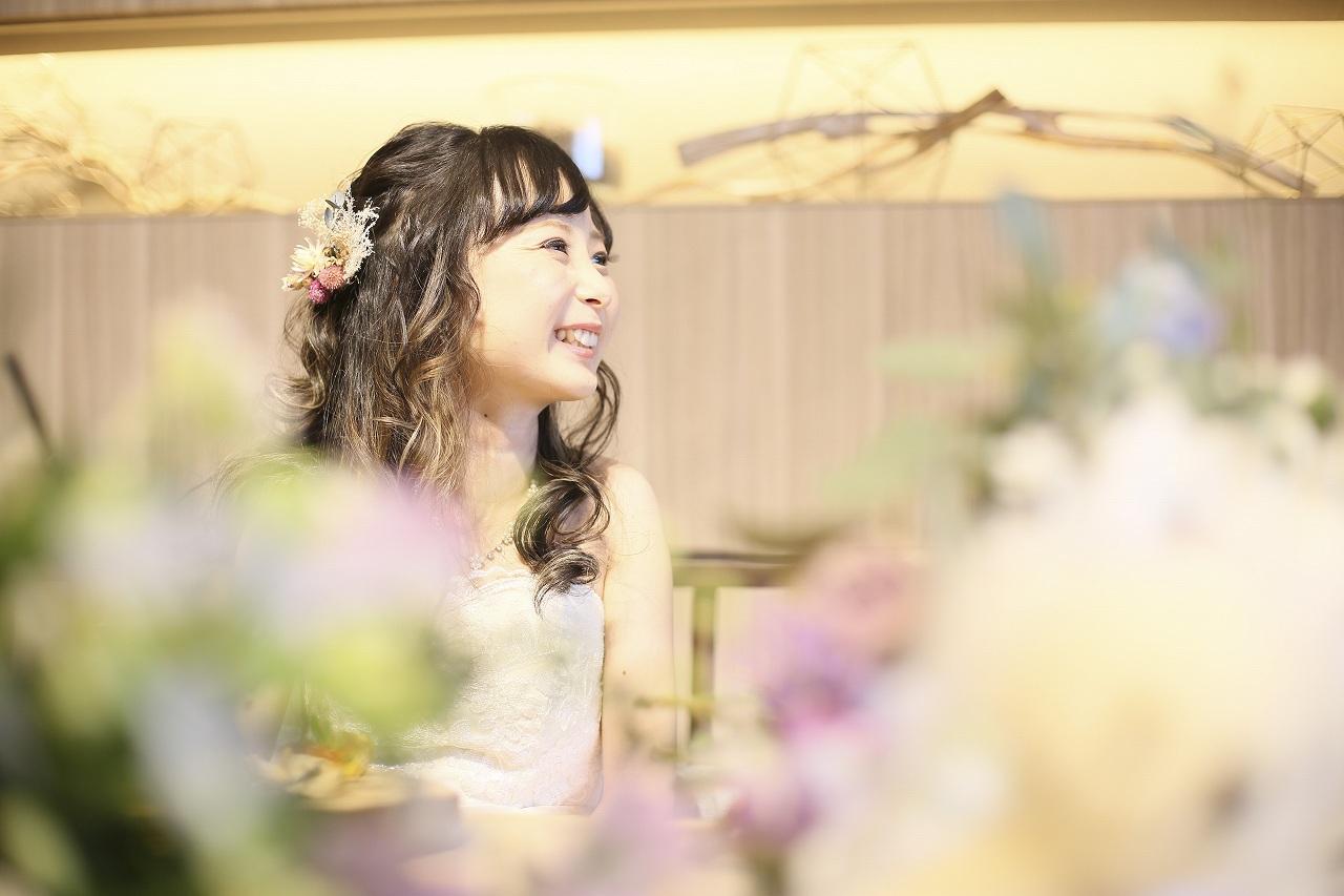 香川県高松市の結婚式場アナザースタイルで乾杯後に緊張が解け笑顔の新婦