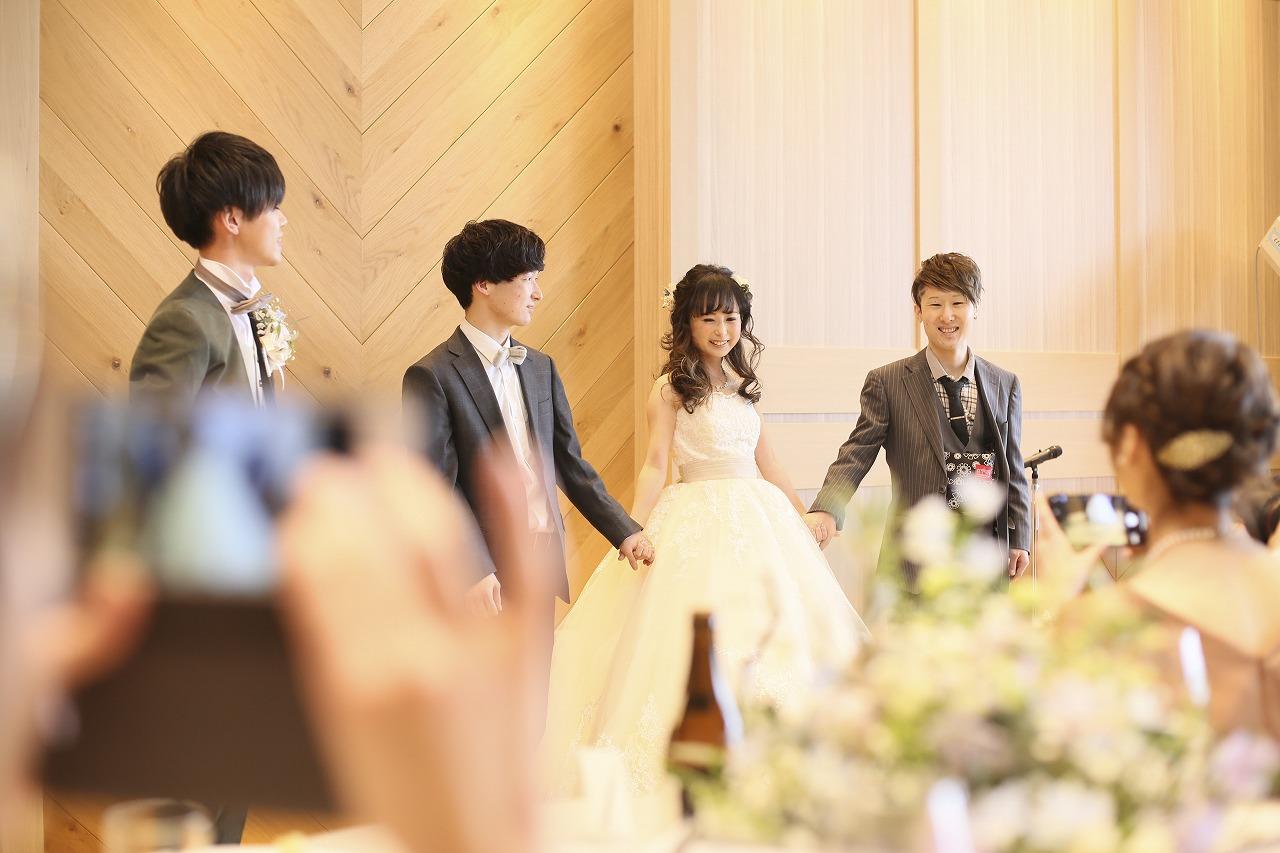 香川県高松市の結婚式場アナザースタイルで兄弟と手を繋いで退場